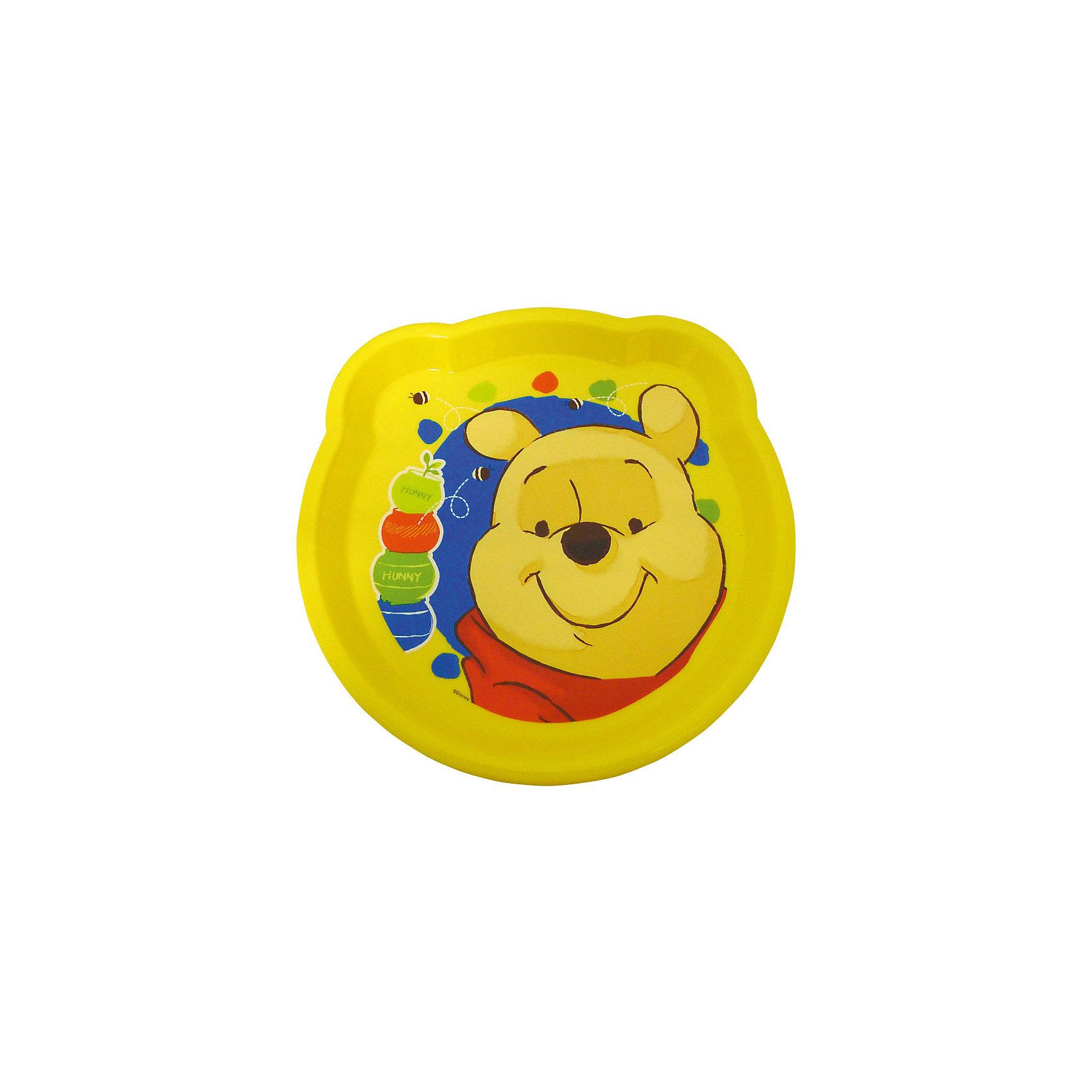 Тарелка (диаметр 21,6 см), Винни ПухФигурная тарелка Винни Пух с забавными рисунками станет любимой посудой Вашего ребенка. Тарелка имеет оригинальную форму в виде головы медвежонка Винни-Пуха с ушками, дно украшено его красочным изображением. Несмываемый рисунок находится под прозрачной пластиковой пленкой, поэтому тарелка надолго сохранит свои яркие цвета.Изготовлена из безопасного пластика и выдерживает горячую пищу. Яркая привлекательная посуда с симпатичными персонажами поможет ребенку быстрее освоить навыки самостоятельного питания. <br><br>Дополнительная информация:<br><br>- Материал: пластик.<br>- Диаметр: 21,6 см.<br>- Размер тарелки: 22 х 22 х 1,5 см.<br>- Вес: 78 гр.<br><br>Фигурную тарелку, Винни Пух, можно купить в нашем интернет-магазине.<br><br>Ширина мм: 22<br>Глубина мм: 22<br>Высота мм: 15<br>Вес г: 78<br>Возраст от месяцев: 36<br>Возраст до месяцев: 120<br>Пол: Унисекс<br>Возраст: Детский<br>SKU: 4018060