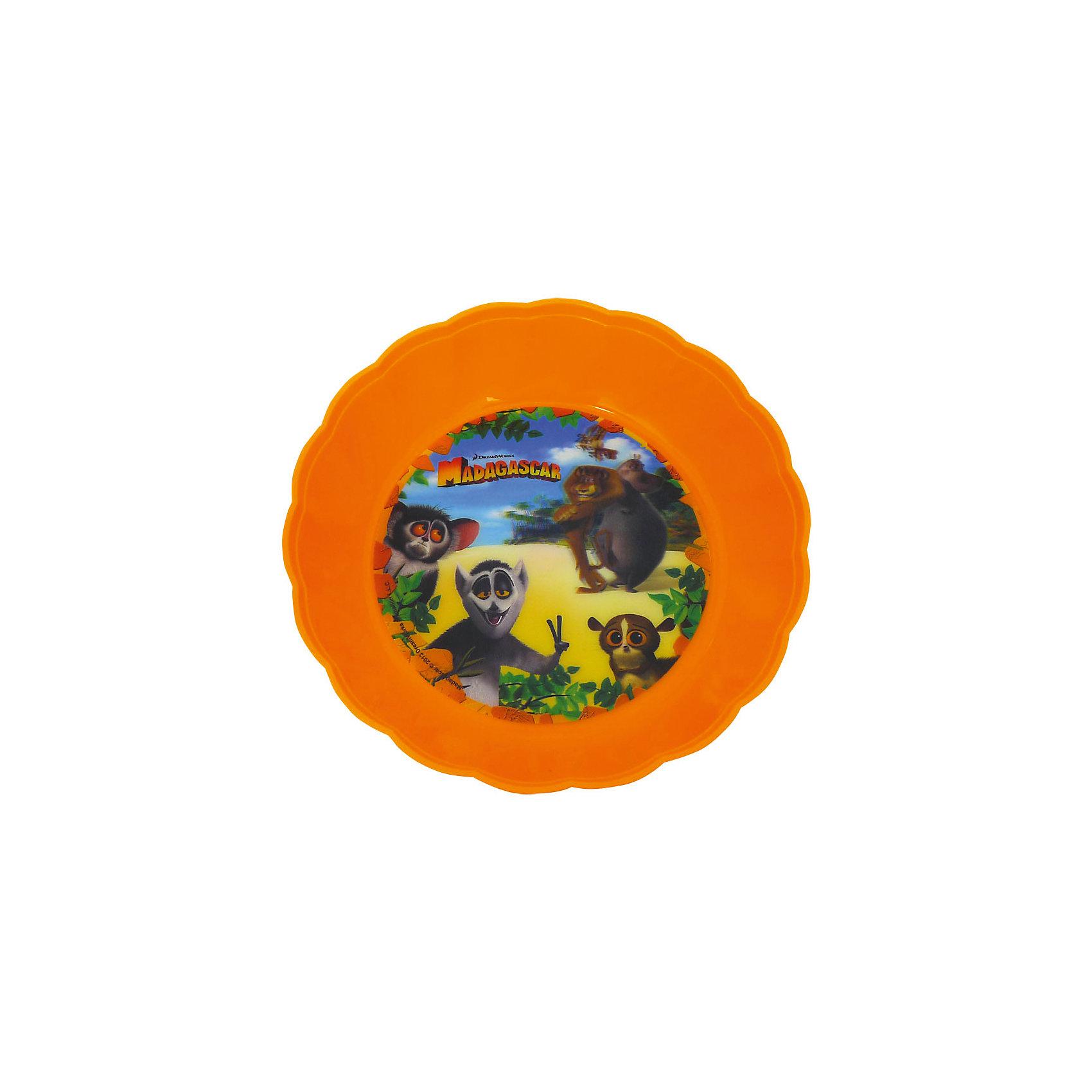 Глубокая тарелка (диаметр 18 см), МадагаскарЯркая привлекательная посуда с симпатичными персонажами поможет ребенку быстрее освоить навыки самостоятельного питания. Глубокая тарелка Мадагаскар с красочными рисунками выполнена из безопасного пищевого пластика и выдерживает горячую пищу. Дно украшено стерео изображениями забавных животных из популярного мультфильма Мадагаскар (Madagascar), несмываемый рисунок находится под прозрачной пластиковой пленкой, поэтому тарелка надолго сохранит свои яркие цвета.<br><br>Дополнительная информация:<br><br>- Материал: пластик.<br>- Диаметр: 18 см.<br>- Размер тарелки: 18 х 18 х 4,5 см.<br>- Вес: 62 гр.<br><br>Глубокую тарелку, Мадагаскар, можно купить в нашем интернет-магазине.<br><br>Ширина мм: 180<br>Глубина мм: 180<br>Высота мм: 45<br>Вес г: 62<br>Возраст от месяцев: 36<br>Возраст до месяцев: 144<br>Пол: Унисекс<br>Возраст: Детский<br>SKU: 4018086