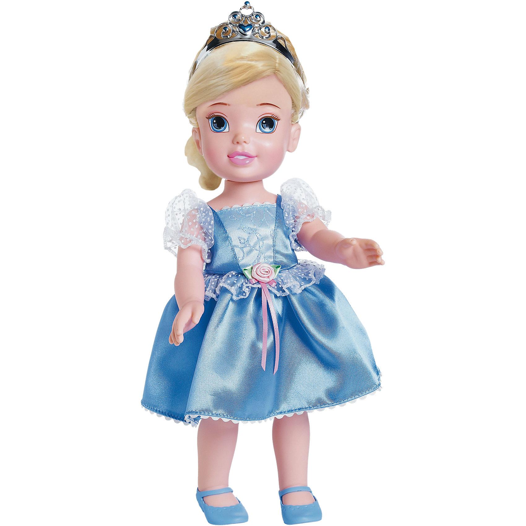 Кукла Золушка, 31 см, Принцессы ДиснейКлассические куклы<br>Кукла Золушка, Disney Princess, станет чудесным подарком для всех юных поклонниц знаменитой романтической сказки. Золушка представлена в образе очаровательной малышки, которая, несмотря на свой юный возраст, выглядит как настоящая принцесса. У куколки доброе милое личико с большими голубыми глазами, длинные мягкие светлые волосы хорошо расчесываются и их можно укладывать в различные прически. Головку Золушки украшает блестящая тиара с драгоценными камнями. Одета куколка в роскошное голубое платье с пышной юбкой и кружевными оборочками. Руки и ноги куклы подвижные.<br><br>Дополнительная информация:<br><br>- Материал: высококачественный пластик, текстиль.<br>- Высота куклы: 31 см.<br>- Размер упаковки: 17 х 11,5 х 35 см.<br>- Вес: 0,52 кг.<br><br>Кукла Золушка, Disney Princess (Принцессы Дисней) можно купить в нашем интернет-магазине.<br><br>Ширина мм: 170<br>Глубина мм: 350<br>Высота мм: 115<br>Вес г: 601<br>Возраст от месяцев: 36<br>Возраст до месяцев: 72<br>Пол: Женский<br>Возраст: Детский<br>SKU: 4030036