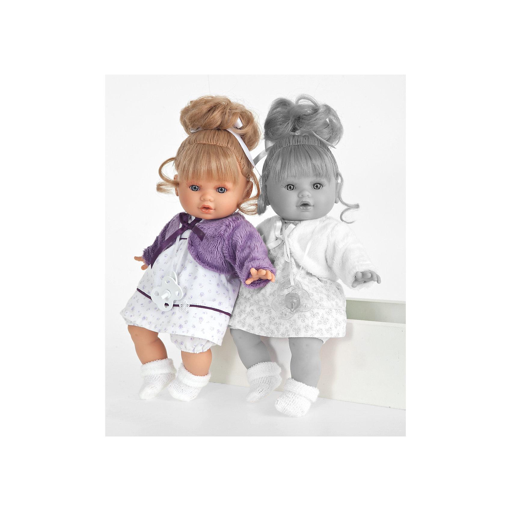 Кукла Леонора в фиолетовом, 33 см, Munecas Antonio JuanОчаровательная малышка Леонора, Munecas Antonio Juan (Мунекас Антонио Хуан), покорит не только детей но даже их родителей. Куколка выглядит как настоящая маленькая девочка, а ее трогательный внешний вид вызывает только самые положительные и добрые эмоции. Все куклы Антонио Мунекас производятся в Испании в маленьком городе Аликанте и отличаются высоким качеством и потрясающим сходством с настоящими младенцами. В коллекции представлены куклы разных возрастов, как новорожденных так и детей постарше. Все детали тщательно проработаны, пропорции идентичны строению маленького ребенка. В создании кукол и одежды для них принимали участие известные европейские дизайнеры, поэтому каждая куколка имеет свой неповторимый индивидуальный образ и чудесный модный наряд, сшитый вручную.<br><br>У куклы Леоноры милое детское личико и мягкие светлые волосы, уложенные в красивую прическу, их можно мыть шампунем и расчесывать. Искусно выполненные детали, такие как складочки на ручках и ножках, пушистые реснички, пухлые щечки и губки, придают игрушке трогательный и реалистичный вид. Туловище куклы мягконабивное и маленькая хозяйка будет с удовольствием обнимать и тискать ее. Куколка умеет плакать, предложите ей соску (входит в комплект) и малышка успокоится. У Леоноры подвижные ручки и ножки, изготовленные из высококачественного эластичного винила, глазки не закрываются. Куколка одета в симпатичное белое платьице в сиреневый цветочек и фиолетовую кофточку, на ножках теплые носочки. Эта чудесная милая куколка станет любимицей Вашей девочки и будет воспитывать в ней доброту, внимание и заботу.<br><br>Дополнительная информация:<br><br>- В комплекте: кукла, одежда, соска. <br>- Материал: текстиль, винил.<br>- Требуются батарейки: 3 х АА 1,5V (входят в комплект).<br>- Высота куклы: 33 см.<br>- Размер упаковки: 12 x 34 x 19 см.<br>- Вес: 0,782 кг.<br><br>Куклу Леонора в фиолетовом, Munecas Antonio Juan (Мунекас Антонио Хуан), можно купить в н