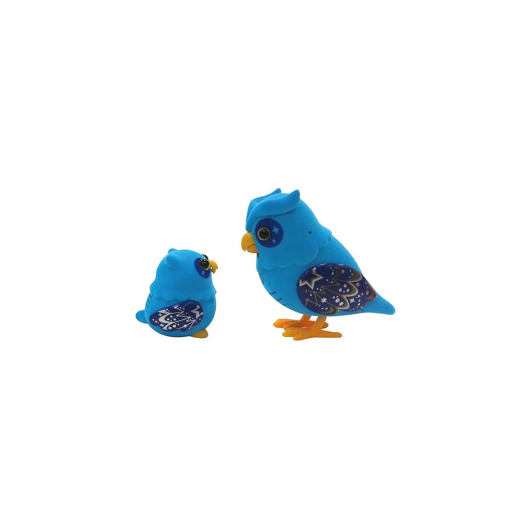 Говорящая Сова с Совенком Little Live Pets, голубые,  MooseГоворящая Сова с Совенком Little Live Pets, голубые,  Moose – эти интерактивные птички станут любимыми домашними питомцами вашего ребенка!<br>Набор Little Live Pets «Говорящая Сова с Совенком» от компании Moose состоит из 2 симпатичных птичек – мамы-совы и ее малыша. Веселые интерактивные птички выполнены в ярко-голубом цвете с темно-синими крылышками, на которые нанесен узор из звездочек, точек и линий. Игрушки изготовлены из пластмассы и флока - мягкого и приятного на ощупь материала, которым покрыто тельце птичек. Забавный совенок и его мама реагируют на прикосновения и любят общаться друг с другом. Чтобы включить их, достаточно провести по совиному животику пальцем или погладить птенца по голове. Во время разговора и щебетания у совушек двигается нижняя часть клювика. Мама-сова может издавать тридцать мелодичных звуков, а также повторять сказанные ребенком фразы. Для записи необходимо использовать кнопку, которая расположена на груди мамы-совы. Впереди у каждой игрушки есть кнопка, при помощи которой можно ее включить или выключить. Изготовлено из материалов абсолютно безопасных для детского здоровья.<br><br>Дополнительная информация:<br><br>- В комплекте: 2 интерактивные птички<br>- Материал: высококачественный пластик, флок<br>- Батарейки: 2 типа АА (демонстрационные входят в комплект)<br>- Не рекомендуется использовать для игрушек аккумуляторы<br>- Размер упаковки: 22,9x7x22 см.<br><br>Говорящих Сову с Совенком Little Live Pets, голубых,  Moose можно купить в нашем интернет-магазине.<br><br>Ширина мм: 220<br>Глубина мм: 70<br>Высота мм: 220<br>Вес г: 420<br>Возраст от месяцев: 60<br>Возраст до месяцев: 168<br>Пол: Унисекс<br>Возраст: Детский<br>SKU: 4043578