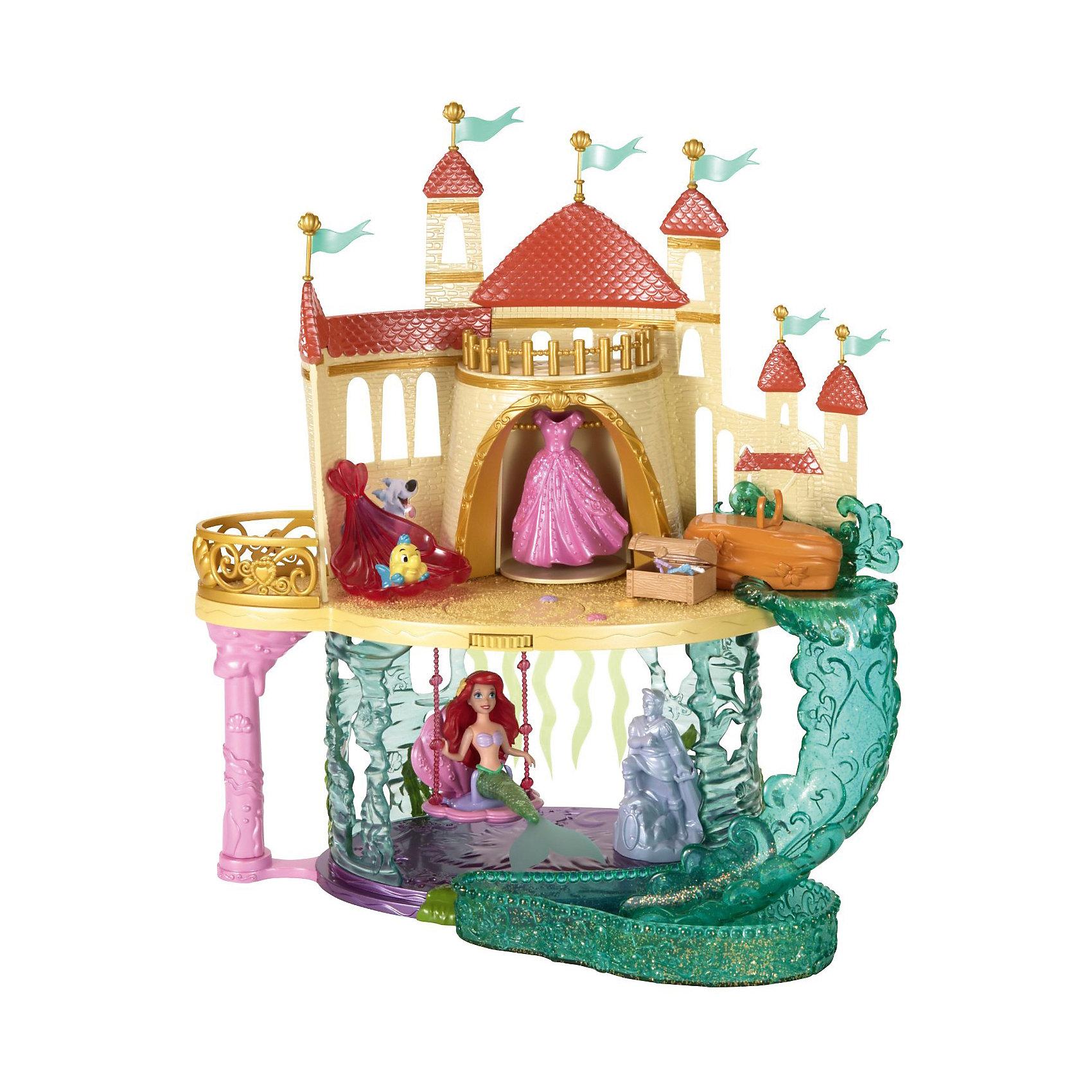 Подарочный набор Русалочка: замок, кукла Ариэль, аксессуары, Принцессы ДиснейПодарочный набор Русалочка: замок, кукла Ариэль, аксессуары, Disney Princess – это отличный подарок для вашей девочки!<br>Русалочке очень нравится ее подводный замок. В удивительном жилище Ариэль два этажа. Наверху находится комната принцессы с креслом в форме ракушки, сундуком, полным украшений, и шкафом с прекрасным королевским платьем. А еще здесь есть выход на маленький балкончик с очаровательными фиолетовыми перилами. А внизу находится секретная подводная пещера Русалочки. В эту комнату можно спуститься из спальни на водном потоке. Его имитирует горка из полупрозрачного зеленого пластика. На нижнем этаже Русалочка качается на качелях-ракушке и любуется на прекрасную скульптуру принца, а компанию ей составляет ее лучший друг – рыбка Флаундер.<br><br>Дополнительная информация:<br><br>- В наборе: замок, фигурки русалочки и Флаундера, аксессуары<br>- Материал: высококачественный пластик<br>- Размер упаковки: 330x100x440 мм.<br>- Вес: 960 гр.<br><br>Подарочный набор Русалочка: замок, кукла Ариэль, аксессуары, Disney Princess можно купить в нашем интернет-магазине.<br><br>Ширина мм: 330<br>Глубина мм: 100<br>Высота мм: 440<br>Вес г: 960<br>Возраст от месяцев: 36<br>Возраст до месяцев: 108<br>Пол: Женский<br>Возраст: Детский<br>SKU: 4060356