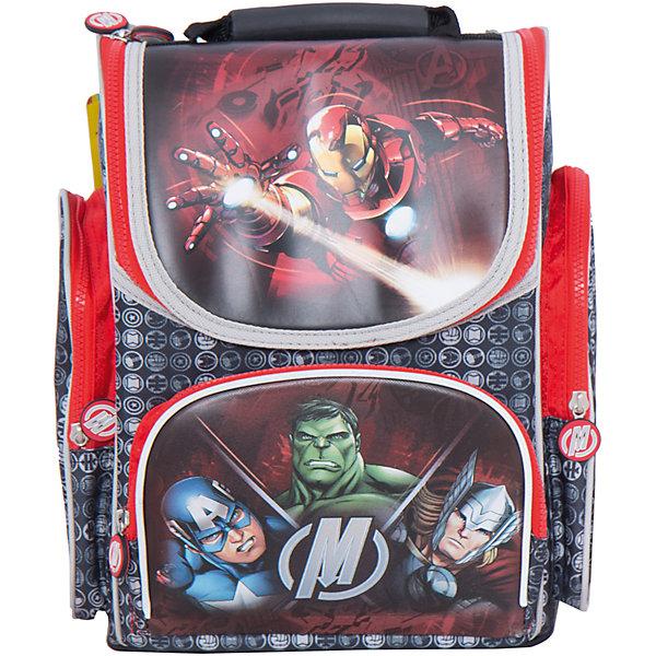 Ортопедический рюкзак Мстители, MarvelМстители<br>Ортопедический рюкзак Мстители, Marvel - удобный и практичный школьный рюкзак для повседневного использования. Рюкзак выполнен из износоустойчивых материалов с водонепроницаемой основой. Маленькому школьнику непременно понравится привлекательный дизайн с оригинальной черно-красной расцветкой и изображениями супергероев из популярного фильма Мстители (Avengers). У рюкзака жесткий каркас с ортопедической спинкой из дышащего материала, которая не дает ребенку сутулиться и предотвращает нарушение осанки. Широкие мягкие лямки, регулируемые по длине, равномерно распределяют нагрузку на плечевой пояс. Также есть удобная текстильная ручка для транспортировки с противоскользящей накладкой. Пластиковые ножки защищают дно от загрязнения.<br><br>Рюкзак закрывается на застежку-молнию, внутри одно основное просторное отделение с двумя отсеками для книг и тетрадей, держателем для ключей и маленьким карманом. Также имеются два кармана на молнии по бокам высотой 24 см. и большой накладной карман с застежкой-молнией на лицевой стороне. Светоотражающие элементы на лямках и лицевом кармане повышают безопасность ребенка в темноте. <br><br>Дополнительная информация:<br><br>- Материал: полиэстер.  <br>- Размер: 29 х 20 х 34 см.<br>- Вес: 1,262 кг.<br><br>Ортопедический рюкзак Мстители, Marvel, можно купить в нашем интернет-магазине.<br><br>Ширина мм: 290<br>Глубина мм: 200<br>Высота мм: 340<br>Вес г: 1262<br>Возраст от месяцев: 72<br>Возраст до месяцев: 96<br>Пол: Мужской<br>Возраст: Детский<br>SKU: 4062803
