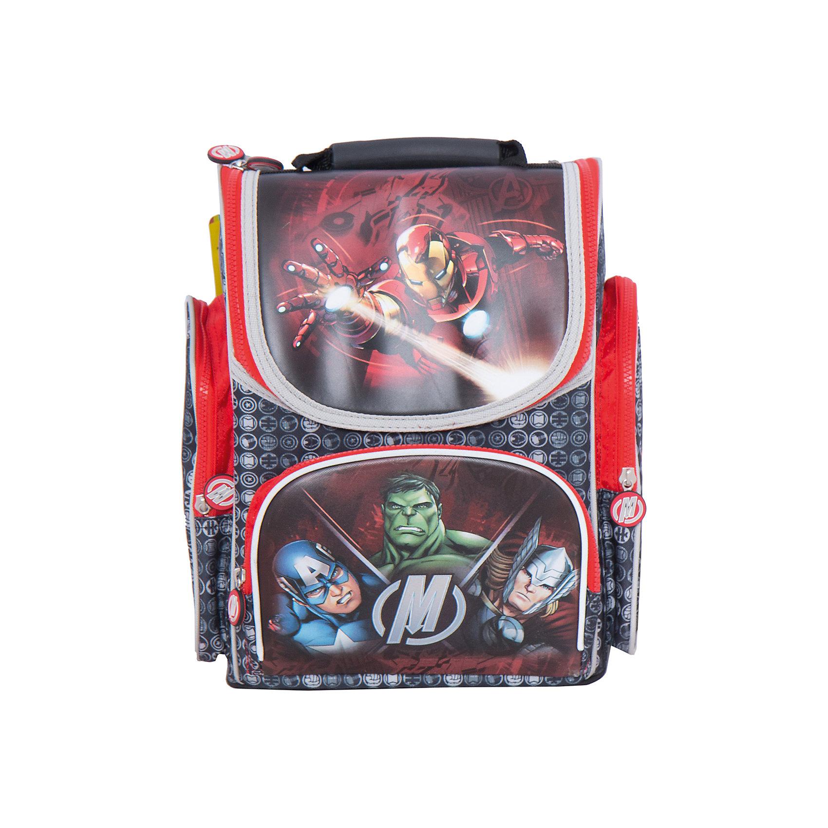 Ортопедический рюкзак Мстители, MarvelMarvel<br>Ортопедический рюкзак Мстители, Marvel - удобный и практичный школьный рюкзак для повседневного использования. Рюкзак выполнен из износоустойчивых материалов с водонепроницаемой основой. Маленькому школьнику непременно понравится привлекательный дизайн с оригинальной черно-красной расцветкой и изображениями супергероев из популярного фильма Мстители (Avengers). У рюкзака жесткий каркас с ортопедической спинкой из дышащего материала, которая не дает ребенку сутулиться и предотвращает нарушение осанки. Широкие мягкие лямки, регулируемые по длине, равномерно распределяют нагрузку на плечевой пояс. Также есть удобная текстильная ручка для транспортировки с противоскользящей накладкой. Пластиковые ножки защищают дно от загрязнения.<br><br>Рюкзак закрывается на застежку-молнию, внутри одно основное просторное отделение с двумя отсеками для книг и тетрадей, держателем для ключей и маленьким карманом. Также имеются два кармана на молнии по бокам высотой 24 см. и большой накладной карман с застежкой-молнией на лицевой стороне. Светоотражающие элементы на лямках и лицевом кармане повышают безопасность ребенка в темноте. <br><br>Дополнительная информация:<br><br>- Материал: полиэстер.  <br>- Размер: 29 х 20 х 34 см.<br>- Вес: 1,262 кг.<br><br>Ортопедический рюкзак Мстители, Marvel, можно купить в нашем интернет-магазине.<br><br>Ширина мм: 290<br>Глубина мм: 200<br>Высота мм: 340<br>Вес г: 1262<br>Возраст от месяцев: 36<br>Возраст до месяцев: 96<br>Пол: Мужской<br>Возраст: Детский<br>SKU: 4062803