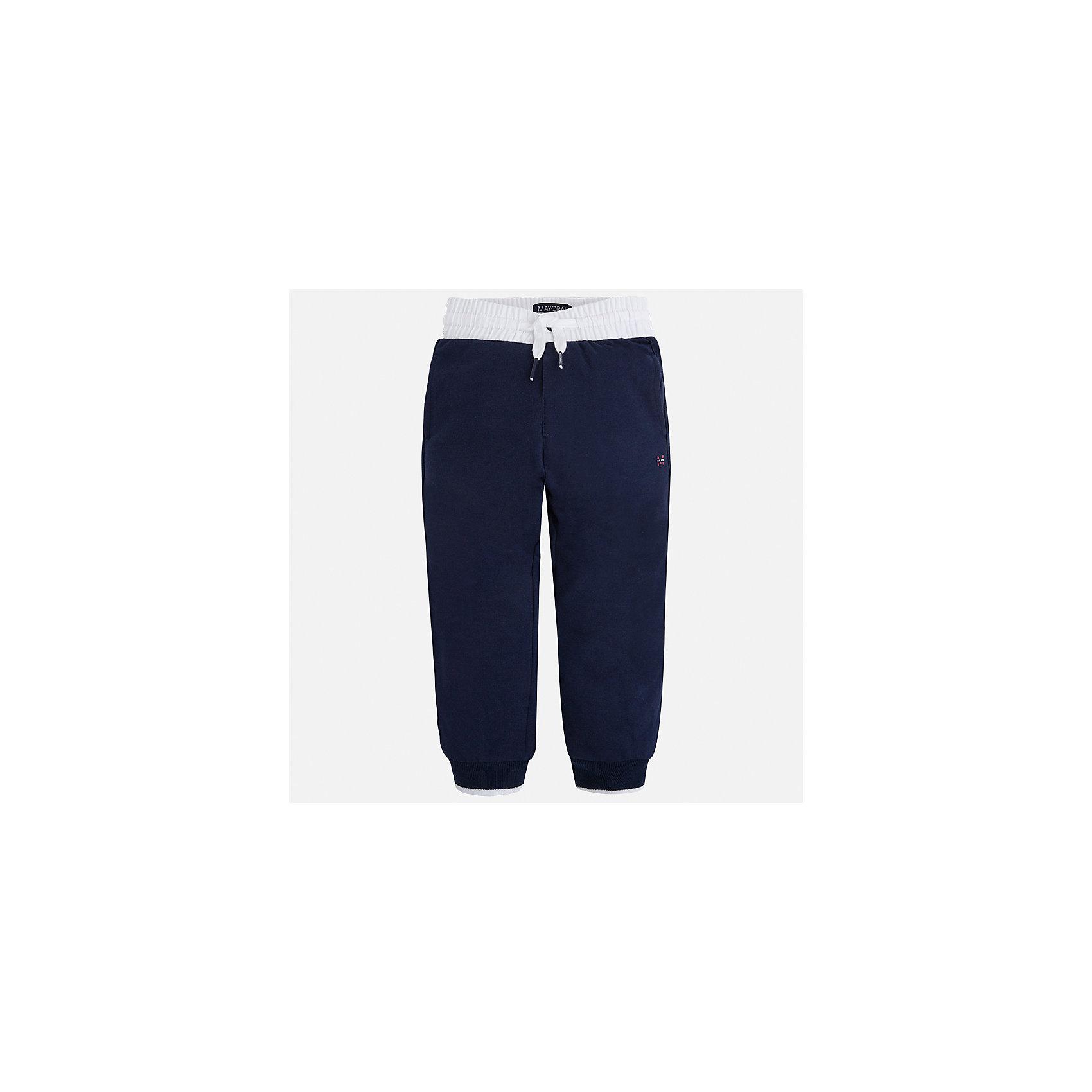 Брюки для мальчика MayoralШорты, бриджи, капри<br>Характеристики товара:<br><br>• цвет: синий<br>• состав: 60% хлопок, 40% полиэстер<br>• манжеты<br>• карманы<br>• пояс - широкая резинка и шнурок<br>• страна бренда: Испания<br><br>Спортивные брюки для мальчика помогут обеспечить ребенку комфорт. Они отлично сочетаются с майками, футболками, куртками и т.д. Универсальный крой и цвет позволяет подобрать к вещи верх разных расцветок. Практичное и стильное изделие! В составе материала - натуральный хлопок, гипоаллергенный, приятный на ощупь, дышащий.<br><br>Одежда, обувь и аксессуары от испанского бренда Mayoral полюбились детям и взрослым по всему миру. Модели этой марки - стильные и удобные. Для их производства используются только безопасные, качественные материалы и фурнитура. Порадуйте ребенка модными и красивыми вещами от Mayoral! <br><br>Брюки для мальчика от испанского бренда Mayoral (Майорал) можно купить в нашем интернет-магазине.<br><br>Ширина мм: 215<br>Глубина мм: 88<br>Высота мм: 191<br>Вес г: 336<br>Цвет: синий<br>Возраст от месяцев: 24<br>Возраст до месяцев: 36<br>Пол: Мужской<br>Возраст: Детский<br>Размер: 92,122,104,116,134,128,110,98<br>SKU: 4071435