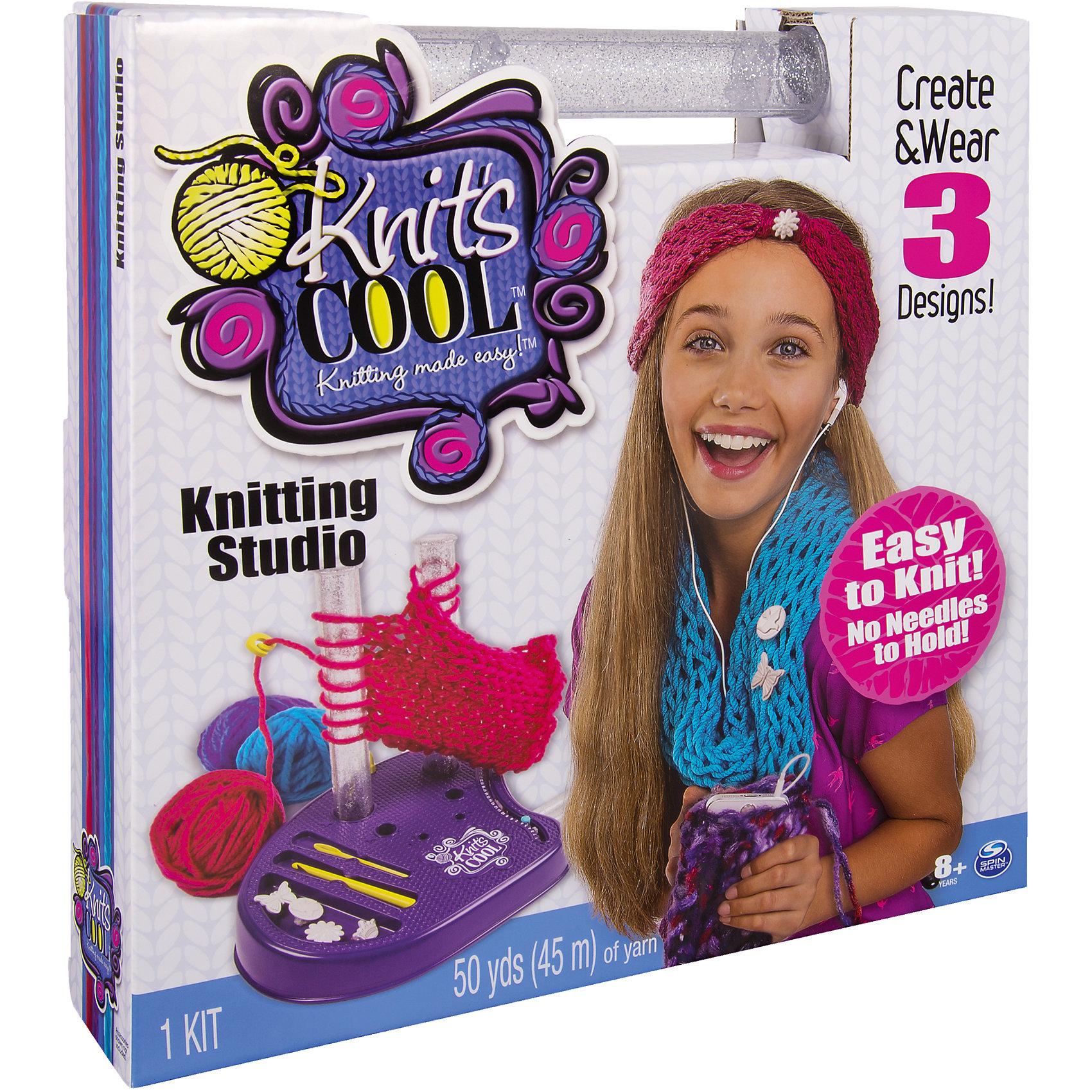Студия вязания, Knits CoolИдеи подарков<br>Студия вязания, Knits Cool (Нитс Кул) – этот набор порадует любительниц необычного вязания.<br>Замечательная новинка Студия вязания от компании Spin Master поможет юным модницам создавать по-настоящему прекрасные вещи, которые можно носить! Только представьте себе, что девочка самостоятельно связала себе модный ободок на голову, теплый шарфик или же чехол для телефона. Теперь связать практически любой аксессуар, можно даже не учась вязанию спицами или крючком. С набором для вязания Нитс Кул процесс вязания будет простым и увлекательным, а если возникнут какие-либо трудности, подробная инструкция поможет их преодолеть. Студия вязания, Knits Cool (Нитс Кул) представляет собой подставку, на которую устанавливаются два столбика для вязания, нитки со столбиков нужно будет поочередно перекидывать, в результате чего будет получаться петля, а за ней и целый ряд. Всего в наборе три пары столбиков, меняя которые, будут получаться петли различного размера. Для того, чтобы ряд был ровным, в наборе идет крючок-держатель, ровно фиксирующий нить. В наборе также имеются устройство для подсчёта рядов, крючок и игла для завершения изделия. Все дополнительные приспособления имеют каждый свой отсек в подставке, что позволяет все необходимое держать под рукой. Завершая изделие, можно украсить его декоративными пуговицами/шармами из набора. Если моток ниток подойдет к концу, он без труда заменяется на любые другие нитки, продающиеся в швейных магазинах. Вы можете расширить возможности студии с помощью дополнительных наборов серии Knits Cool. Набор поможет развить внимание, усидчивость, фантазию и мелкую моторику вашего ребёнка.<br><br>Дополнительная информация:<br><br>- В наборе: платформа для вязания, 3 комплекта вязальных столбиков, 3 мотка ниток (2 по 18 метров и один девятиметровой), 4 декоративные пуговицы, крючок-держатель для нитки, крючок, игла, инструкция<br>- Размер коробки: 30,8 х 28,8 х 30,2 см.<br>- Вес: 605 гр.<br><br>Набор Студия 