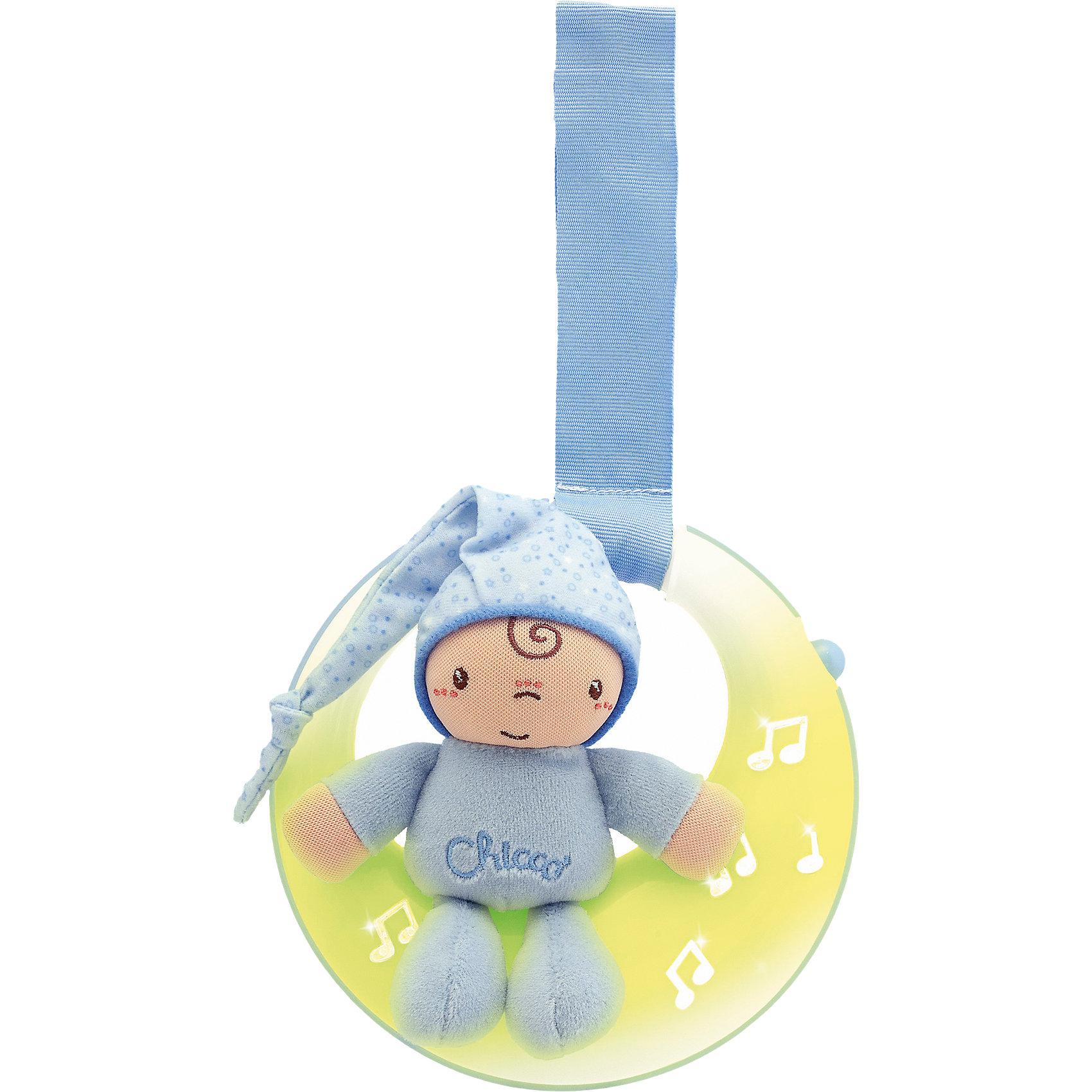 Подвеска для кроватки Спокойной ночи, луна, голубая, ChiccoПодвеска для кроватки Спокойной ночи, луна, голубая, Chicco (Чико)представляет собой мягконабивную игрушку – мальчика в голубом костюмчике, сидящего на луне! Огоньки на подвеске загораются и переливаются в такт колыбельной музыке. Мягкое свечение позволяет быстрее окунуться в мир сна Вашему малышу.<br><br>Характеристики:<br>-Звуковые и световые эффекты, длительностью пять минут<br>-Музыка: нежные колыбельные мелодии (Бах, Бетховен)<br>-Два режима: музыка и свет/только свет<br>-Легкое крепление на бортик кроватки удобным регулируемым ремешком<br>-Развивает: визуальное, звуковое и тактильное восприятие, координация зрения и движений, хватательный рефлекс, логика<br><br>Дополнительная информация:<br>-Цвет: голубой<br>-Материалы: пластик, полиэстер, текстиль<br>-Питание – 2 батарейки типа ААА (в комплект НЕ входят)<br>-Размеры игрушки: 15х14х5 см<br>-Длина ленточки: 15 см<br><br>Подвеска для кроватки «Спокойной ночи, луна» удобна и в качестве развивающей музыкальной игрушки, и в качестве ночника с нежным светом. <br><br>Подвеска для кроватки Спокойной ночи, луна, голубая, Chicco (Чико) можно купить в нашем магазине.<br><br>Ширина мм: 209<br>Глубина мм: 195<br>Высота мм: 75<br>Вес г: 347<br>Возраст от месяцев: 0<br>Возраст до месяцев: 18<br>Пол: Мужской<br>Возраст: Детский<br>SKU: 4123479