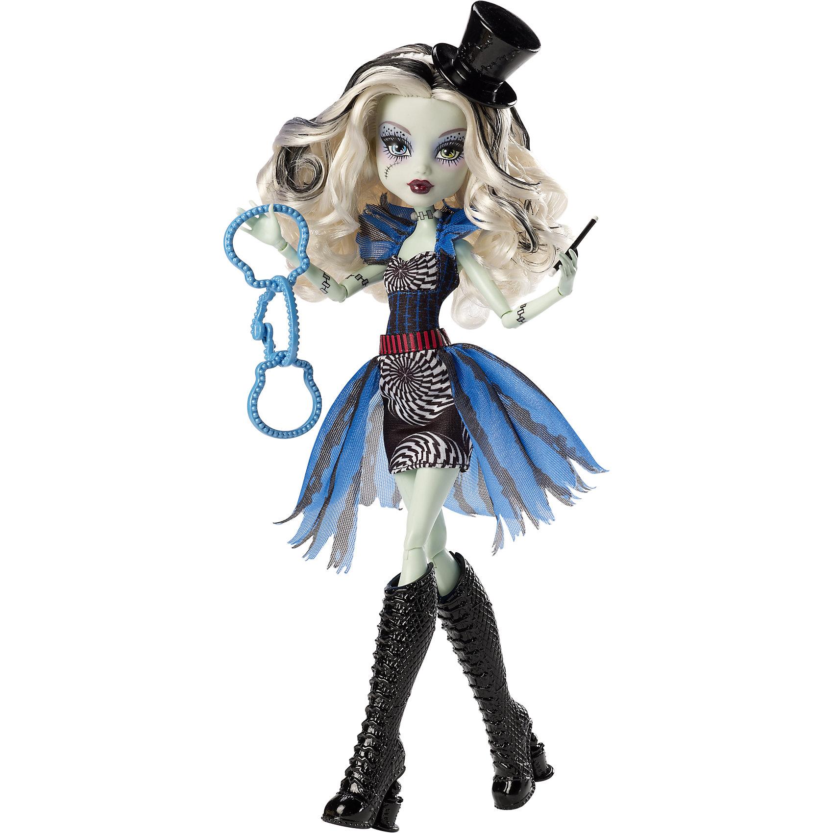 Кукла Фрэнки Штейн Шапито, Monster HighУченики школы Monster High (Монстр Хай) знают, как представить свои жуткие недостатки в наилучшем виде. Невероятный танец Фрик дю Шик станет для наших монстров лекарством от всех невзгод. Монстрики готовы блеснуть в свете прожекторов, примерив на себя амплуа цирковых артистов. Фрэнки Штейн покоряет публику, демонстрируя фокусы с цилиндром, из которого вместо кролика появляется ее рука. Она одета в обтягивающее платье с коротким голубым шлейфом и стильные высокие сапоги. Умопомрачительный образ для самой безумной вечеринки! <br><br>Дополнительная информация:<br><br>- Высота куклы: 27 см.<br>- Голова, ноги, руки подвижные (шарнирные).<br>- Комплектация: кукла, одежда, расческа, подставка, дневник. <br>- Материал: пластик, текстиль.<br><br>Куклу Фрэнки Штейн Шапито, Monster High (Школа монстров), можно купить в нашем магазине.<br><br>Ширина мм: 323<br>Глубина мм: 205<br>Высота мм: 66<br>Вес г: 306<br>Возраст от месяцев: 72<br>Возраст до месяцев: 120<br>Пол: Женский<br>Возраст: Детский<br>SKU: 4132325