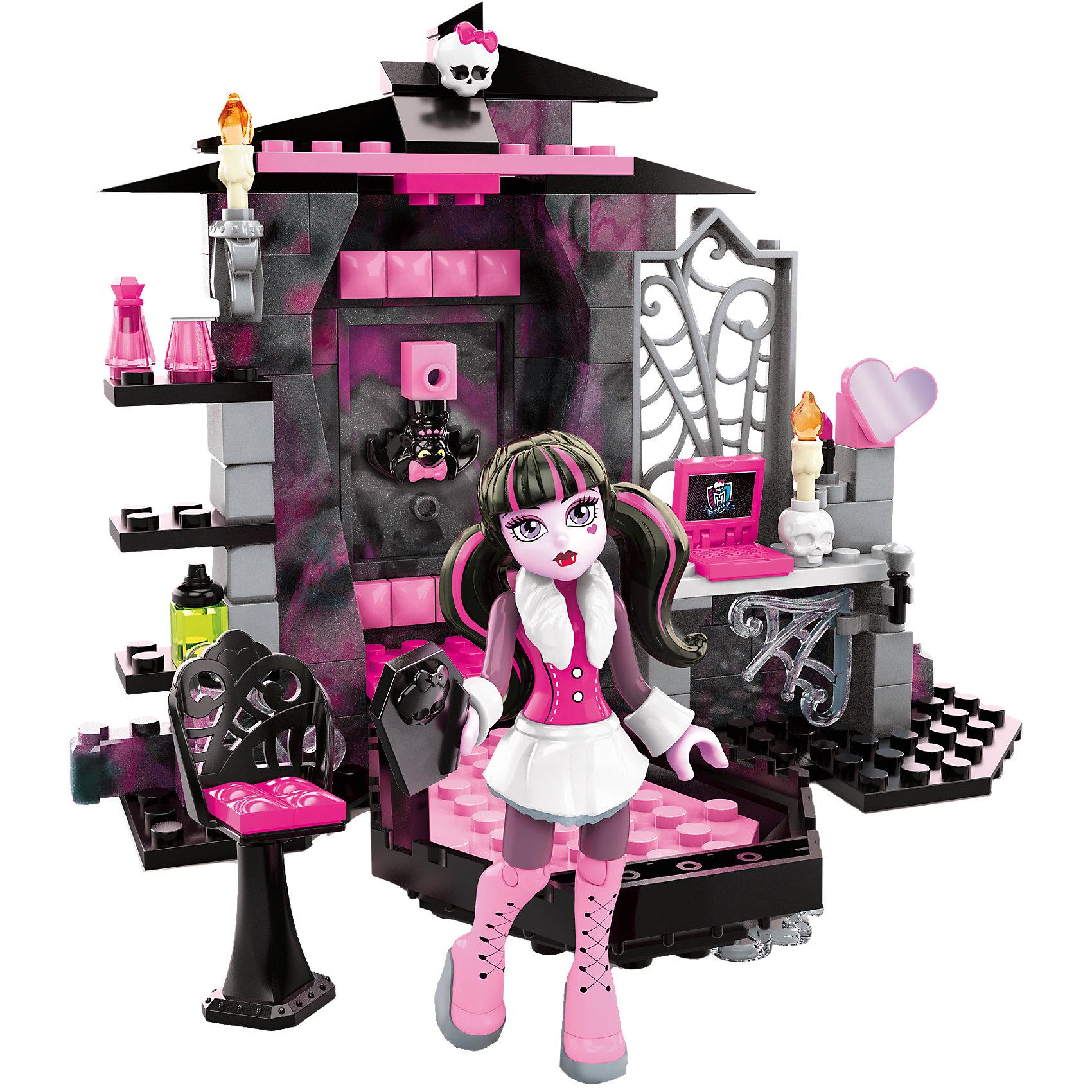 Набор Комната Дракулауры  Monster High  MEGA BLOKSНабор-конструктор Комната Дракулауры, Monster High, MEGA BLOKS, порадует всех юных поклонниц мультсериала Школа монстров. Дракулаура - популярная героиня мультсериала, дочь самого графа Дракулы, однако она совсем не похожа на своего отца, не пьет крови и является убежденной вегетарианкой. В комплекте Вы найдете все необходимые элементы для сборки уютной комнатки любимой героини. В комнате множество интересных деталей, которые делают игру по настоящему захватывающей: гробик, в котором можно обнаружить очаровательную хозяйку, повисшую вниз головой как летучая мышь, потайная стенка, где прячется любимейший питомец Дракулауры - Граф Великолепный. Различные декоративные элементы, такие как узорные решетки, свечи, подиум и другие, красиво дополнят интерьер. Как любая современная школьница Дракулаура следит за своей внешностью, а макияжный столик и набор косметики помогут ей выглядеть всегда стильно и ослепительно. В комплект также входят сама куколка Дракулаура в оригинальном наряде и с ярким макияжем, ее аксессуары, и ее питомец летучая мышь. Ноги и руки куклы подвижные, кисти рук приспособлены для закрепления в них различных предметов. Комплект удобен для быстрой сборки и для хранения в компактном состоянии. <br><br>Дополнительная информация:<br><br>- В комплекте: 128 деталей (сборная спальня с креслом для макияжа и полками, 1 мини-фигурку Дракулауры, 1 фигурка ее питомца летучей мыши, различные аксессуары: зеркало, помада, телефон, предметы для макияжа).<br>- Материал: пластик.<br>- Размер упаковки: 15,2 х 4,5 х 24,4 см.<br>- Вес: 0,35 кг.<br><br>Набор Комната Дракулауры, Monster High, MEGA BLOKS, можно купить в нашем интернет-магазине.<br><br>Ширина мм: 245<br>Глубина мм: 154<br>Высота мм: 46<br>Вес г: 270<br>Возраст от месяцев: 72<br>Возраст до месяцев: 120<br>Пол: Женский<br>Возраст: Детский<br>SKU: 4168145