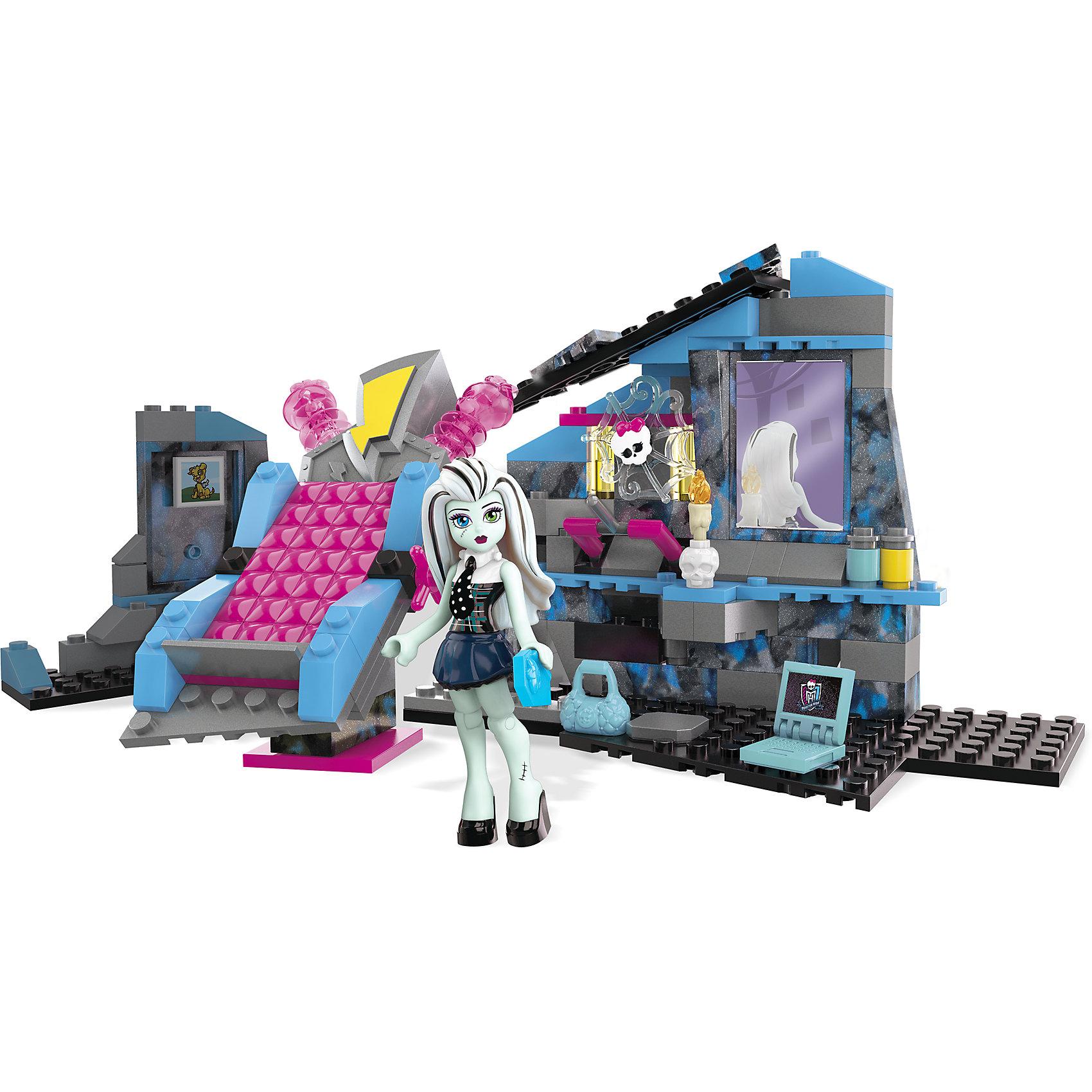 Набор Комната Фрэнки Штейн Monster High, MEGA BLOKSЭтот яркий конструктор приведет в восторг всех поклонниц Школы монстров (Монстр Хай). С помощью набора можно построить комнату Френки Штейн. Подари Фрэнки заряд энергии, который ей так необходим, положив ее на электрифицированную кровать со зловещими огоньками. Потяни рычаг, чтобы зарядить Фрэнки для блистательной ночи! Скорее собирай и придумывай свои невероятные истории! Все детали конструктора выполнены из высококачественного пластика, имеют прочные крепления. <br><br>Дополнительная информация:<br><br>- Материал: пластик.<br>- Комплектация: детали конструктора, фигурка Лагуны Блю. <br>- Размер: 5x25x31 см.<br><br>Набор Комната Фрэнки Штейн Monster High, MEGA BLOKS (Мега Блок), можно купить в нашем магазине.<br><br>Ширина мм: 311<br>Глубина мм: 250<br>Высота мм: 58<br>Вес г: 466<br>Возраст от месяцев: 72<br>Возраст до месяцев: 120<br>Пол: Женский<br>Возраст: Детский<br>SKU: 4168146