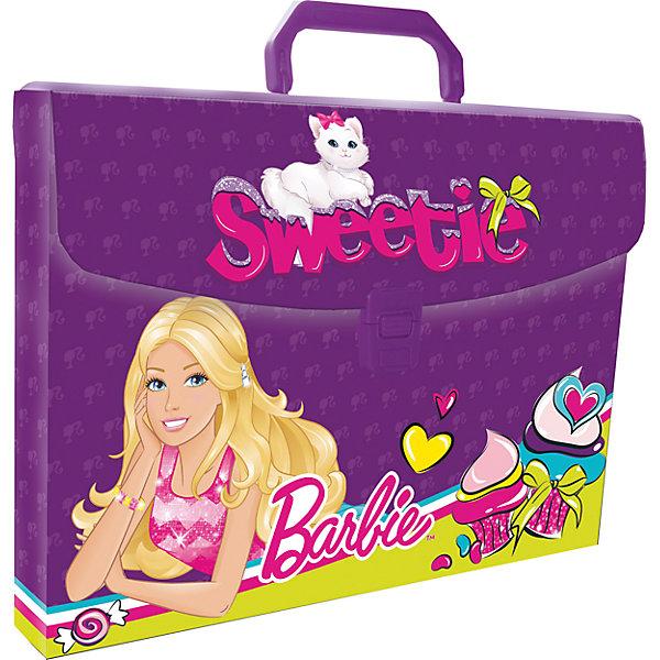 Папка-чемодан А4 BarbieПапки для дополнительных занятий<br>Легкая папка-портфель  - удобный и практичный вариант для транспортировки и хранения различных бумаг и вещей максимального формата А4. Папка прямоугольной формы выполнена из жесткого пластика и оформлена изображениями любимых героев. Папка-портфель содержит одно вместительное отделение и закрывается с помощью пластиковой защелки.<br>Надежная пластиковая ручка делает транспортировку школьных принадлежностей максимально комфортной и удобной.<br><br>Дополнительная информация:<br><br>Размер: 26 х 33,5 х 5 см<br><br>Папку-чемодан А4 Barbie (Барби) можно купить в нашем магазине.<br>Ширина мм: 260; Глубина мм: 335; Высота мм: 50; Вес г: 125; Возраст от месяцев: 36; Возраст до месяцев: 108; Пол: Женский; Возраст: Детский; SKU: 4177231;