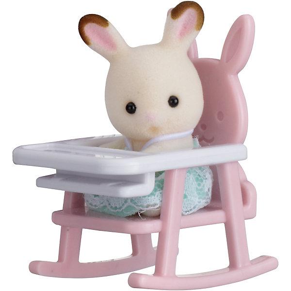 Набор Младенец в пластиковом сундучке (кролик в детском кресле), Sylvanian FamiliesSylvanian Families<br>Sylvanian Families (Сильваниан Фэмилис) - целый мир, в котором живут маленькие милые зверята -  кролики, белки, медведи, лисы и многие другие. У каждого из них есть дом. Познакомься с малышом-кроликом, он еще совсем маленький и так нуждается в твоей помощи и заботе, посади его на детский стульчик и покорми. Игрушка прекрасно подходит для сюжетно-ролевых игр детей, развивает социальные навыки, мелкую моторику и воображение. Все детали набора выполнены их высококачественных, нетоксичных безопасных материалов. <br><br>Дополнительная информация:<br><br>- Комплектация: малыш кролик и детское кресло.<br>- Материал: пластик, текстиль, флок.<br>- Голова и лапки поворачиваются.<br><br>Набор Младенец в пластиковом сундучке (кролик в детском кресле), Sylvanian Families (Сильваниан Фэмилис), можно купить в нашем магазине.<br>Ширина мм: 275; Глубина мм: 267; Высота мм: 512; Вес г: 125; Возраст от месяцев: 36; Возраст до месяцев: 72; Пол: Женский; Возраст: Детский; SKU: 4177962;