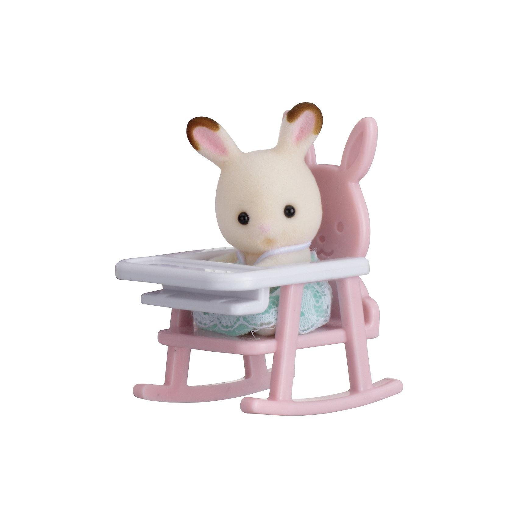 Набор Младенец в пластиковом сундучке (кролик в детском кресле), Sylvanian FamiliesSylvanian Families<br>Sylvanian Families (Сильваниан Фэмилис) - целый мир, в котором живут маленькие милые зверята -  кролики, белки, медведи, лисы и многие другие. У каждого из них есть дом. Познакомься с малышом-кроликом, он еще совсем маленький и так нуждается в твоей помощи и заботе, посади его на детский стульчик и покорми. Игрушка прекрасно подходит для сюжетно-ролевых игр детей, развивает социальные навыки, мелкую моторику и воображение. Все детали набора выполнены их высококачественных, нетоксичных безопасных материалов. <br><br>Дополнительная информация:<br><br>- Комплектация: малыш кролик и детское кресло.<br>- Материал: пластик, текстиль, флок.<br>- Голова и лапки поворачиваются.<br><br>Набор Младенец в пластиковом сундучке (кролик в детском кресле), Sylvanian Families (Сильваниан Фэмилис), можно купить в нашем магазине.<br><br>Ширина мм: 275<br>Глубина мм: 267<br>Высота мм: 512<br>Вес г: 125<br>Возраст от месяцев: 36<br>Возраст до месяцев: 72<br>Пол: Женский<br>Возраст: Детский<br>SKU: 4177962