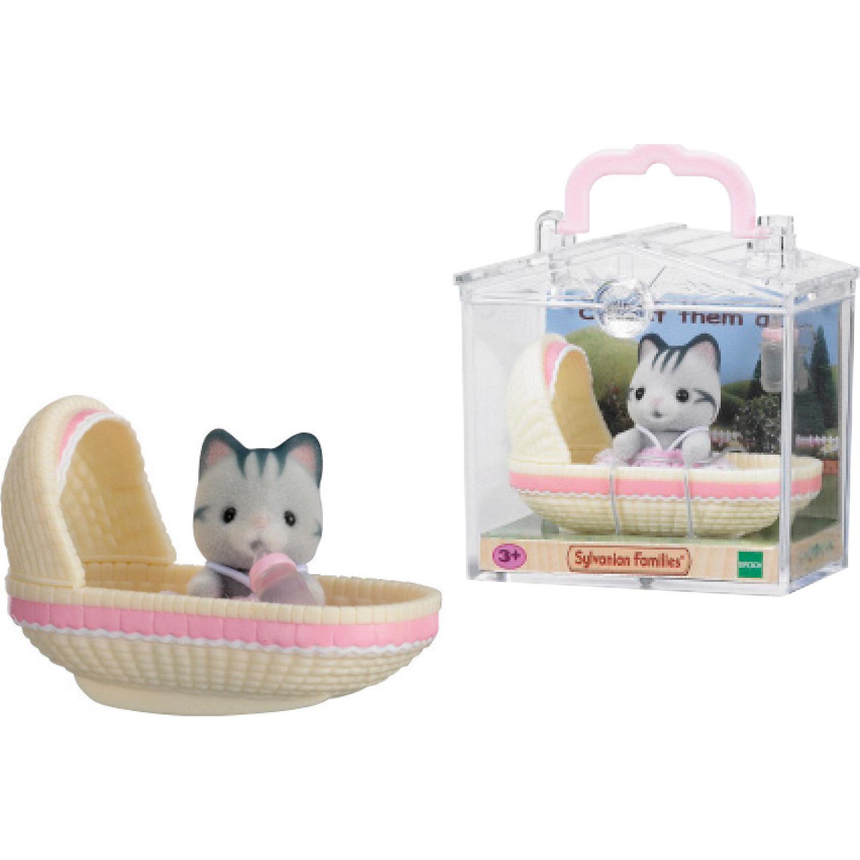 Набор Младенец в пластиковом сундучке (котенок в люльке), Sylvanian FamiliesSylvanian Families (Сильваниан Фэмилис) - целый мир, в котором живут маленькие милые зверята -  кролики, белки, медведи, лисы и многие другие. У каждого из них есть дом. Познакомься с малышом-котенком он еще совсем маленький и так нуждается в твоей помощи и заботе, уложи его спать в уютную кроватку и спой колыбельную. Игрушка прекрасно подходит для сюжетно-ролевых игр детей, развивает социальные навыки, мелкую моторику и воображение. Все детали набора выполнены их высококачественных, нетоксичных безопасных материалов. <br><br>Дополнительная информация:<br><br>- Комплектация: малыш- котенок, люлька.<br>- Материал: пластик, текстиль, флок.<br>- Голова и лапки поворачиваются.<br><br>Набор Младенец в пластиковом сундучке (котенок в люльке), Sylvanian Families (Сильваниан Фэмилис), можно купить в нашем магазине.<br><br>Ширина мм: 275<br>Глубина мм: 267<br>Высота мм: 512<br>Вес г: 125<br>Возраст от месяцев: 36<br>Возраст до месяцев: 72<br>Пол: Женский<br>Возраст: Детский<br>SKU: 4177963