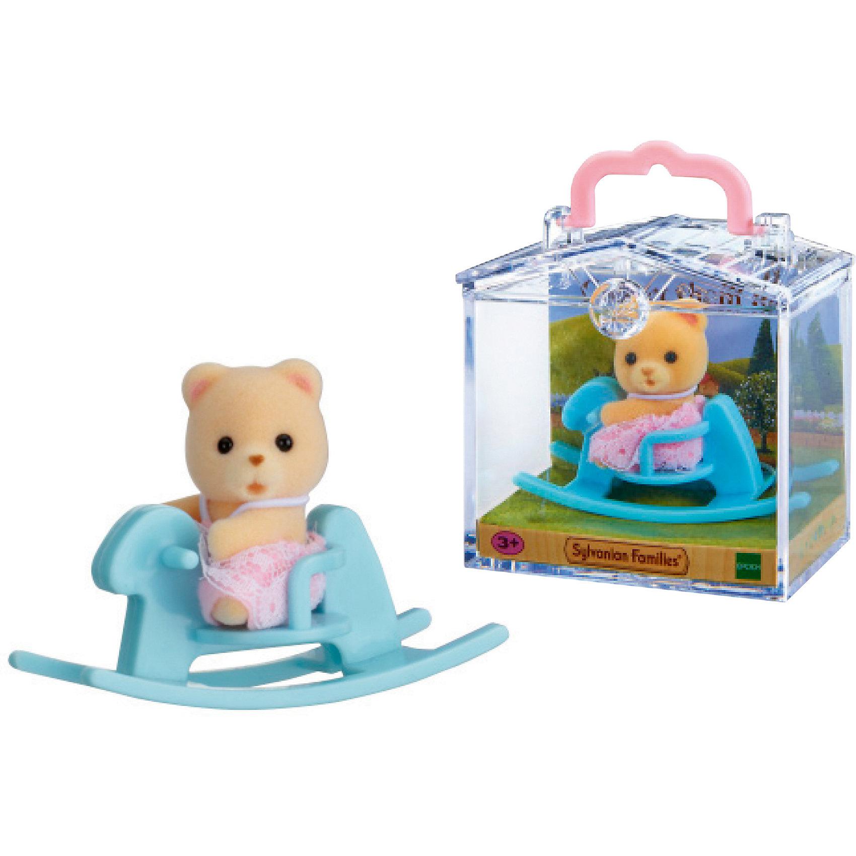 Набор Младенец в пластиковом сундучке  (медвежонок на качалке), Sylvanian FamiliesSylvanian Families<br>Sylvanian Families (Сильваниан Фэмилис) - целый мир, в котором живут маленькие милые зверята -  кролики, белки, медведи, лисы и многие другие. У каждого из них есть дом. Познакомься с малышом-медвежонком, он еще совсем маленький и так нуждается в твоей помощи и заботе, покачай его на замечательной качалке. Игрушка прекрасно подходит для сюжетно-ролевых игр детей, развивает социальные навыки, мелкую моторику и воображение. Все детали набора выполнены их высококачественных, нетоксичных безопасных материалов. <br><br>Дополнительная информация:<br><br>- Комплектация: малыш-медвежонок, качалка.<br>- Материал: пластик, текстиль, флок.<br><br>Набор Младенец в пластиковом сундучке  (медвежонок на качалке), Sylvanian Families (Сильваниан Фэмилис), можно купить в нашем магазине.<br><br>Ширина мм: 275<br>Глубина мм: 267<br>Высота мм: 512<br>Вес г: 117<br>Возраст от месяцев: 36<br>Возраст до месяцев: 72<br>Пол: Женский<br>Возраст: Детский<br>SKU: 4177964