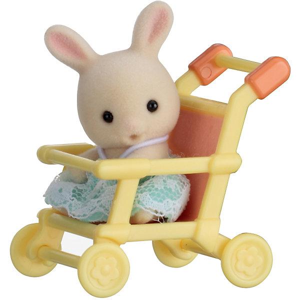 Набор Младенец в пластиковом сундучке  (кролик в коляске), Sylvanian FamiliesSylvanian Families<br>Sylvanian Families (Сильваниан Фэмилис) - целый мир, в котором живут маленькие милые зверята -  кролики, белки, медведи, лисы и многие другие. У каждого из них есть дом. Познакомься с малышом-кроликом, он еще совсем маленький и так нуждается в твоей помощи и заботе, посади его в коляску и скорее отправляйся на прогулку. Игрушка прекрасно подходит для сюжетно-ролевых игр детей, развивает социальные навыки, мелкую моторику и воображение. Все детали набора выполнены их высококачественных, нетоксичных безопасных материалов. <br><br>Дополнительная информация:<br><br>- Комплектация: малыш-кролик, качалка.<br>- Материал: пластик, текстиль, флок.<br>- Голова и лапки поворачиваются.<br><br>Набор Младенец в пластиковом сундучке  (кролик в коляске), Sylvanian Families (Сильваниан Фэмилис), можно купить в нашем магазине.<br><br>Ширина мм: 275<br>Глубина мм: 267<br>Высота мм: 512<br>Вес г: 120<br>Возраст от месяцев: 36<br>Возраст до месяцев: 72<br>Пол: Женский<br>Возраст: Детский<br>SKU: 4177965