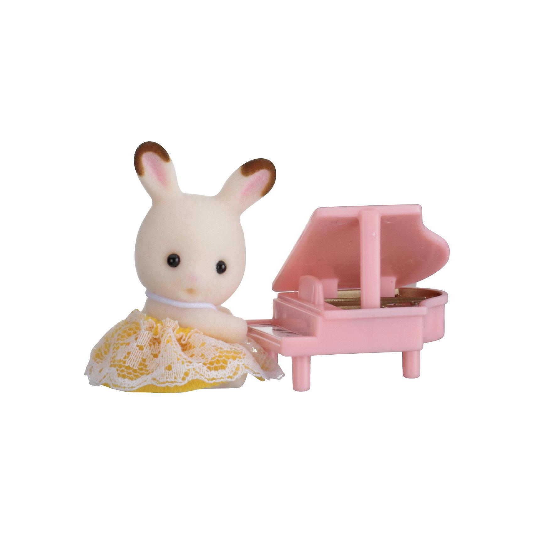 Набор Младенец в пластиковом сундучке  (кролик и рояль), Sylvanian FamiliesSylvanian Families<br>Sylvanian Families (Сильваниан Фэмилис) - целый мир, в котором живут маленькие милые зверята -  кролики, белки, медведи, лисы и многие другие. У каждого из них есть дом. Познакомься с малышом-кроликом, он еще совсем маленький, но уже учится играть на рояле. Игрушка прекрасно подходит для сюжетно-ролевых игр детей, развивает социальные навыки, мелкую моторику и воображение. Все детали набора выполнены их высококачественных, нетоксичных безопасных материалов. <br><br>Дополнительная информация:<br><br>- Комплектация: малыш-кролик, рояль.<br>- Материал: пластик, текстиль, флок.<br>- Голова и лапки поворачиваются.<br><br>Набор Младенец в пластиковом сундучке  (кролик и рояль), Sylvanian Families (Сильваниан Фэмилис), можно купить в нашем магазине.<br><br>Ширина мм: 275<br>Глубина мм: 267<br>Высота мм: 512<br>Вес г: 119<br>Возраст от месяцев: 36<br>Возраст до месяцев: 72<br>Пол: Женский<br>Возраст: Детский<br>SKU: 4177967