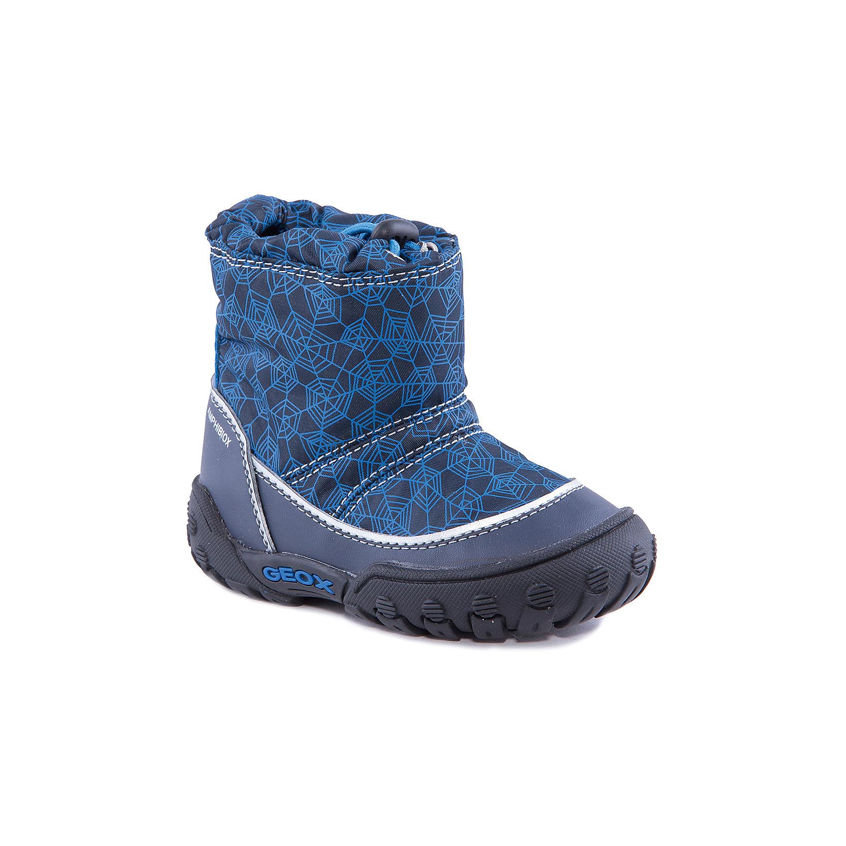 Полусапожки для мальчика GEOXПолусапожки для мальчика от популярной марки GEOX.<br>Теплые синие сапоги с черными деталями сделаны по уникальной технологии. Производитель обуви GEOX разработал специальную дышащую подошву, которая не пропускает влагу внутрь, а также высокотехнологичную стельку. При производстве этих полусапожек была задействована технология Amphibiox, делающая обувь непромокаемой. <br>Отличительные особенности модели:<br>- гибкая водоотталкивающая подошва с дышащей мембраной;<br>- утепленная стелька;<br>- мягкий и легкий верх;<br>- защита пятки и пальцев;<br>- эргономичная форма;<br>- удобная утяжка на голенище;<br>- комфортное облегание;<br>- ударопрочная антибактериальная стелька;<br>- защита от промокания - технология Amphibiox;<br>- верх обуви и подкладка сделаны без использования хрома.<br>Дополнительная информация:<br>- Температурный режим: от - 20° С  до -5° С.<br>- Состав:<br>материал верха: синтетический материал, текстиль<br>материал подкладки: текстиль<br>подошва: полимер.<br>Полусапожки для мальчика GEOX (Геокс) можно купить в нашем магазине.<br><br>Ширина мм: 257<br>Глубина мм: 180<br>Высота мм: 130<br>Вес г: 420<br>Цвет: синий<br>Возраст от месяцев: 24<br>Возраст до месяцев: 36<br>Пол: Мужской<br>Возраст: Детский<br>Размер: 26,22,25,24,23,27<br>SKU: 4177989