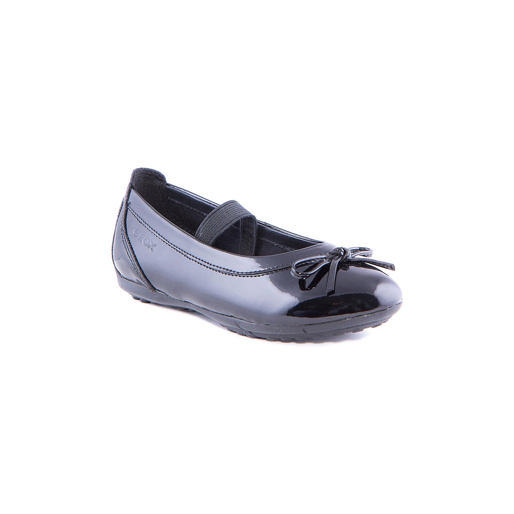 Туфли для девочки GEOXСтильные лакированные туфли от известного бренда GEOX займут достойное место в гардеробе юной модницы. Модель черного цвета прекрасно подходит как для праздника, так и для повседневной носки. Туфли застегиваются на липучку, декорирована отстрочкой. <br><br>Дополнительная информация:<br><br>- Температурный режим: от 15?до 25?.<br>- Тип застежки: липучка. <br>- Цвет: черный (лак).<br>- Декоративные элементы: отстрочка.<br><br>Состав:<br>- Верх: искусственная кожа, текстиль.<br>- Подкладка: натуральная кожа, текстиль.<br>- Подошва: полимерные материалы.<br>- Стелька: натуральная кожа.<br><br>Туфли для девочки, GEOX (Геокс), можно купить в нашем магазине.<br><br>Ширина мм: 227<br>Глубина мм: 145<br>Высота мм: 124<br>Вес г: 325<br>Цвет: черный<br>Возраст от месяцев: 144<br>Возраст до месяцев: 156<br>Пол: Женский<br>Возраст: Детский<br>Размер: 36,31,35,37,32,29,34,33,30<br>SKU: 4178175