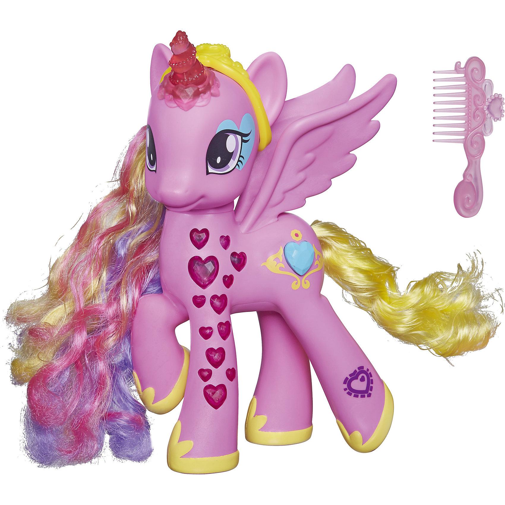 Пони Принцесса Каденс, My little PonyИнтерактивная игрушка Пони Принцесса Каденс, My little Pony – это добрая и отзывчивая пони-аликорн, Повелительница Кристальной империи. Ее шикарную гриву и хвостик можно расчесывать специальной расческой из комплекта, а из аксессуаров для гривы можно создавать прически. <br><br>Характеристики:<br>-На игрушке находится QR-код, который дает доступ к интересному игровому разделу в официальном приложении<br>-Принцесса Каденс умеет произносить фразы из мультика на русском языке<br>-При нажатии на голубой кристалл в золотой оправе на боку игрушки загораются копыта и рог<br>-Комплектация: пони Каденс, расческа, аксессуары для гривы, наклейки для украшения<br>-Работает от батареек типа АА (входят в комплект)<br>-Материалы: пластмасса<br><br>Пони-модница Принцесса Каденс, My little Pony (Мой маленький Пони) можно купить в нашем магазине.<br><br>Ширина мм: 79<br>Глубина мм: 254<br>Высота мм: 254<br>Вес г: 500<br>Возраст от месяцев: 60<br>Возраст до месяцев: 120<br>Пол: Женский<br>Возраст: Детский<br>SKU: 4188588