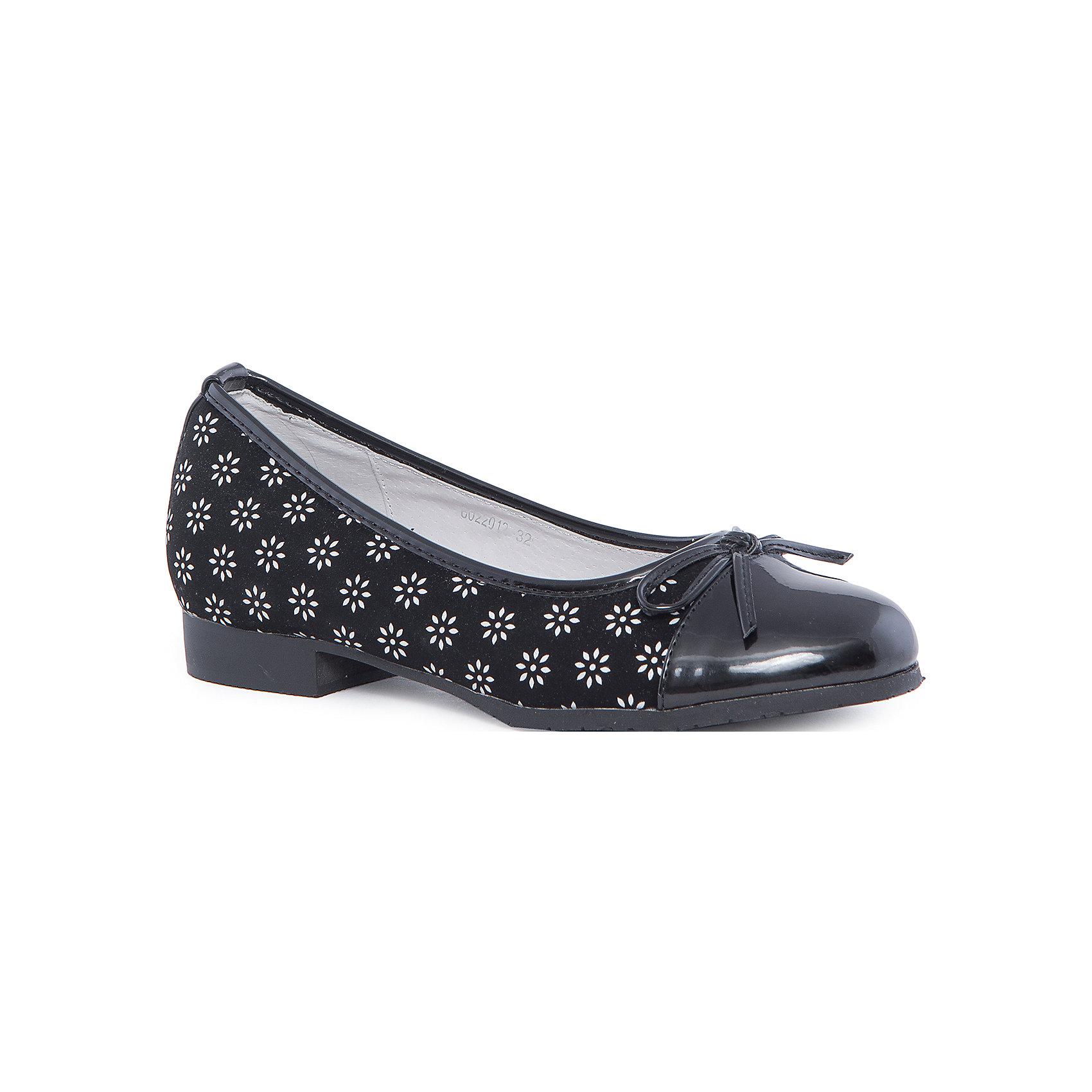 Туфли для девочки MURSUТуфли для девочки от известного финского бренда MURSU - прекрасный вариант для юных модниц. Модель черного цвета имеет лакированную переднюю часть, декорирована бантом и ненавязчивым принтом, застегивается на липучку. Туфли на небольшом каблуке прекрасно подойдут как для праздника, так и для повседневной носки. <br><br>Дополнительная информация:<br><br>- Цвет: чёрный, черный (лак).<br>- Тип застежки: без застежки.<br>- Декоративные элементы: бант, принт.<br><br>Состав:<br><br>- Материал верха: искусственная кожа.<br>- Материал подкладки: натуральная кожа.<br>- Материал подошвы: TEP.<br>- Материал стельки: натуральная кожа.<br><br>Туфли для девочки MURSU (Мурсу), можно купить в нашем магазине.<br><br>Ширина мм: 227<br>Глубина мм: 145<br>Высота мм: 124<br>Вес г: 325<br>Цвет: черный<br>Возраст от месяцев: 132<br>Возраст до месяцев: 144<br>Пол: Женский<br>Возраст: Детский<br>Размер: 35,33,34,36,37,32<br>SKU: 4195803