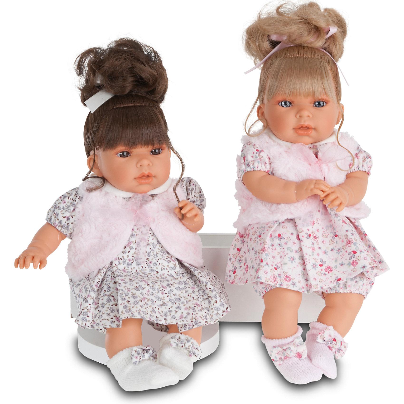 Кукла Лучия в  розовом, 37 см, Munecas Antonio JuanИнтерактивные куклы<br>Кукла Лучия в  розовом, 37 см, Munecas Antonio Juan (Мунекас Антонио Хуан) - эта очаровательная малышка покорит и детей, и родителей.<br>Кукла Лучия выглядит как настоящий ребенок, а ее трогательный внешний вид вызывает только самые положительные и добрые эмоции. Эта чудесная милая малышка станет любимицей Вашей девочки и будет воспитывать в ней доброту, внимание и заботу. Личико куклы сделано с детальными прорисовками. Пухлые щечки и губки, выразительные глаза, обрамленные пушистыми ресничками, придают игрушке реалистичный вид. Ротик у куклы приоткрыт. Малышка Лучия одета светлое платье в мелкий рисунок, жилетку и белые пинетки с бантиками. Волосы собраны в хвостик. При нажатии на животик куклы, она весело смеется, а так же может позвать маму и папу. Тельце у куклы мягко-набивное, голова, ручки и ножки сделаны из высококачественного винила. Ручки и ножки подвижны. Кукла изготовлена из высококачественных и экологически чистых материалов, поэтому безопасна для детей любого возраста, соответствует всем нормам и требованиям к качеству детских товаров. Образы малышей Мунекас разработаны известными европейскими дизайнерами. Они натуралистичны, анатомически точны.<br><br>Дополнительная информация:<br><br>- Интерактивные функции куклы: нажмите на животик 1 раз кукла засмеется, 2ой раз - кукла скажет мама, 3ий раз - скажет папа<br>- Глаза куклы не закрываются<br>- Высоты куклы: 37 см.<br>- Работает от 3-х батареек LR44 (таблетки) (батарейки входят в комплект)<br>- Материал: винил, текстиль<br><br>Куклу Лучия в  розовом, 37 см, Munecas Antonio Juan (Мунекас Антонио Хуан) можно купить в нашем интернет-магазине.<br><br>Ширина мм: 440<br>Глубина мм: 245<br>Высота мм: 120<br>Вес г: 650<br>Возраст от месяцев: 36<br>Возраст до месяцев: 84<br>Пол: Женский<br>Возраст: Детский<br>SKU: 4201311