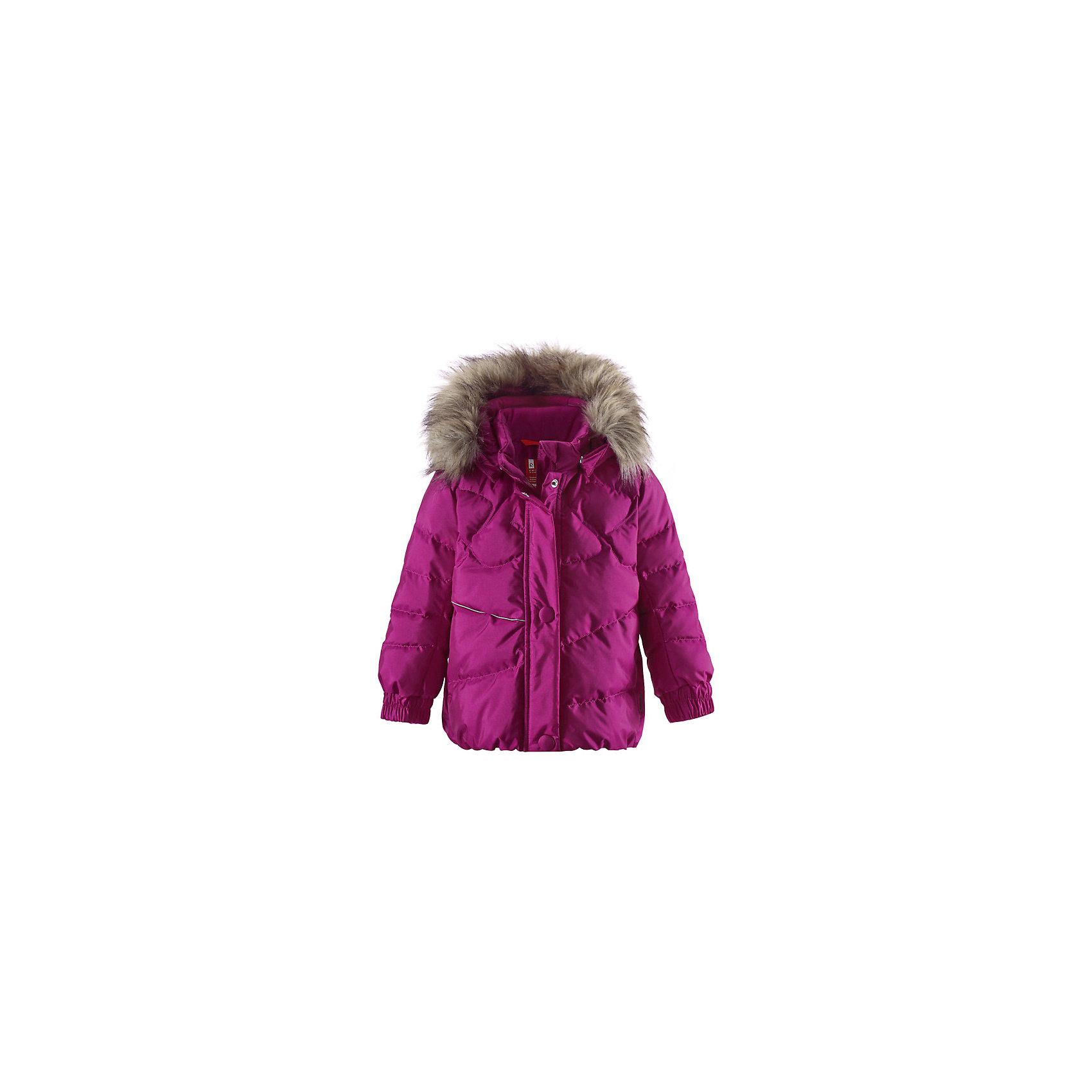 Куртка для девочки ReimaОчаровательный пуховик Kiirus подарит маленькой снежной принцессе тепло и элегантность! Этот тёплый пуховик, сделанный из пропускающего воздух материала, который также отталкивает воду и грязь, идеален для морозных зимних деньков. Съёмный капюшон дополнен стильным искусственным мехом, который при желании можно отстегнуть. Если закреплённый кнопками капюшон зацепится за что-нибудь, он легко отстегнётся. Пуховик с подкладкой из гладкого полиэстера легко надевается и удобно носится с тёплым промежуточным слоем. Эластичная сборка сзади на талии и слегка пышный подол придают пуховику особый стиль и фасон. Впереди и сзади модель для девочек украшена красивой декоративной строчкой. Во время прогулки в боковые карманы на молниях можно положить свои сокровища, а светоотражающие детали обеспечат дополнительную безопасность после захода солнца. Выбери свой любимый цвет из восхитительных модных оттенков этой зимы!<br><br> Пуховик для малышей, модель для девочек<br> Резинка сзади на талии<br> Безопасный съёмный капюшон с отстёгивающейся отделкой из искусственного меха<br> Два кармана на молниях<br>Состав:<br>55% ПА 45% ПЭ, ПУ-покрытие<br>Высокая степень утепления (до - 30)<br>Утеплитель: пух<br><br>Куртку для девочки Reima (Рейма) можно купить в нашем магазине.<br><br>Ширина мм: 356<br>Глубина мм: 10<br>Высота мм: 245<br>Вес г: 519<br>Цвет: розовый<br>Возраст от месяцев: 12<br>Возраст до месяцев: 15<br>Пол: Женский<br>Возраст: Детский<br>Размер: 80,92,98,86,74<br>SKU: 4208059