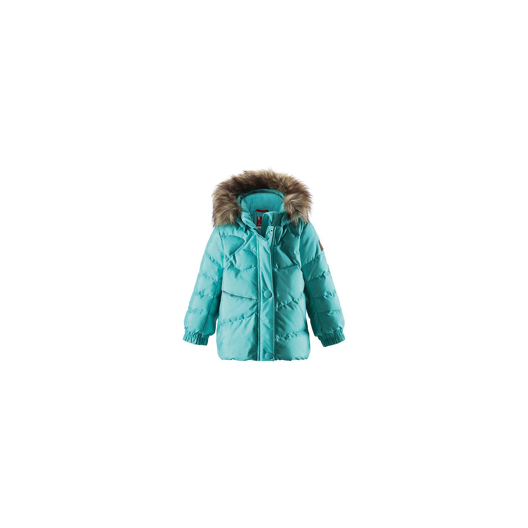 Куртка для девочки ReimaОчаровательный пуховик Kiirus подарит маленькой снежной принцессе тепло и элегантность! Этот тёплый пуховик, сделанный из пропускающего воздух материала, который также отталкивает воду и грязь, идеален для морозных зимних деньков. Съёмный капюшон дополнен стильным искусственным мехом, который при желании можно отстегнуть. Если закреплённый кнопками капюшон зацепится за что-нибудь, он легко отстегнётся. Пуховик с подкладкой из гладкого полиэстера легко надевается и удобно носится с тёплым промежуточным слоем. Эластичная сборка сзади на талии и слегка пышный подол придают пуховику особый стиль и фасон. Впереди и сзади модель для девочек украшена красивой декоративной строчкой. Во время прогулки в боковые карманы на молниях можно положить свои сокровища, а светоотражающие детали обеспечат дополнительную безопасность после захода солнца. Выбери свой любимый цвет из восхитительных модных оттенков этой зимы!<br><br> Пуховик для малышей, модель для девочек<br> Резинка сзади на талии<br> Безопасный съёмный капюшон с отстёгивающейся отделкой из искусственного меха<br> Два кармана на молниях<br>Состав:<br>55% ПА 45% ПЭ, ПУ-покрытие<br>Высокая степень утепления (до - 30)<br>Утеплитель: пух<br><br>Куртку для девочки Reima (Рейма) можно купить в нашем магазине.<br><br>Ширина мм: 356<br>Глубина мм: 10<br>Высота мм: 245<br>Вес г: 519<br>Цвет: голубой<br>Возраст от месяцев: 12<br>Возраст до месяцев: 15<br>Пол: Женский<br>Возраст: Детский<br>Размер: 80,98,92,86,74<br>SKU: 4208065