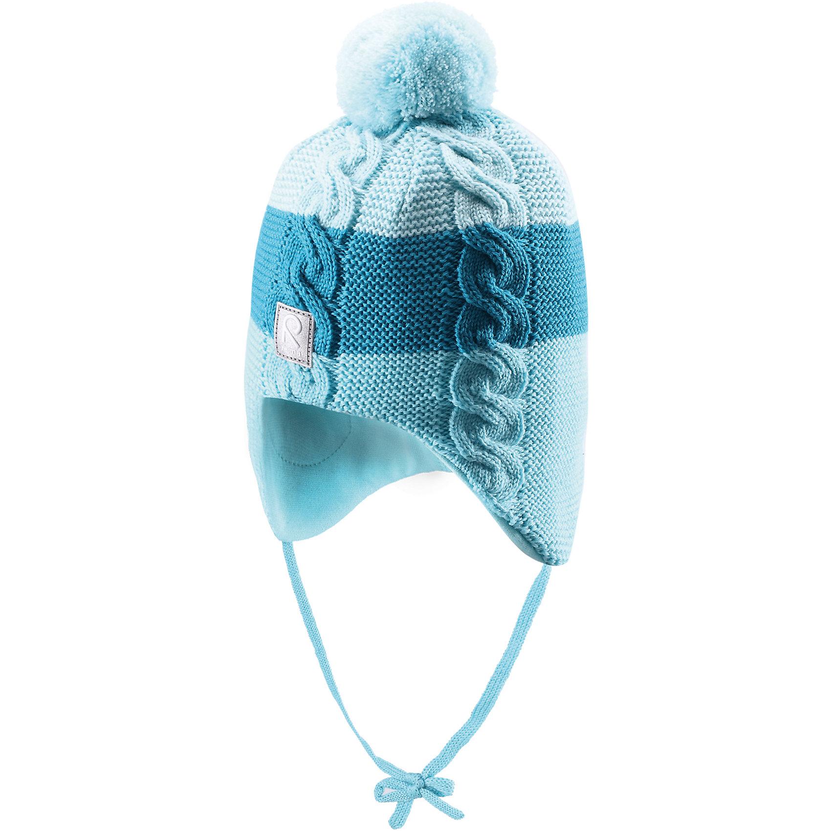 Шапка для девочки ReimaВ этом сезоне эта милая и популярная шерстяная шапочка возвращается в новой расцветке! Она сделана из теплой шерстяной вязки и имеет с внутренней стороны удобную подкладку из хлопчатобумажного трикотажа. Вставки в области ушей еще больше защищают маленькие ушки, а завязки по бокам не позволяют шапочке соскальзывать во время активного отдыха. На затылке имеется помпон!<br><br> Шерстяная шапочка для малышей и детей постарше<br> Сплошная подкладка: удобная из хлопкового трикотажа с эластаном<br> Ветронепроницаемые вставки в области ушей<br> Узор в полоску в новых цветах сезона<br>Состав:<br>100% Шерсть<br><br><br>Шапку для девочки Reima (Рейма) можно купить в нашем магазине.<br><br>Ширина мм: 89<br>Глубина мм: 117<br>Высота мм: 44<br>Вес г: 155<br>Цвет: голубой<br>Возраст от месяцев: 12<br>Возраст до месяцев: 24<br>Пол: Женский<br>Возраст: Детский<br>Размер: 48,50,52,46<br>SKU: 4208735