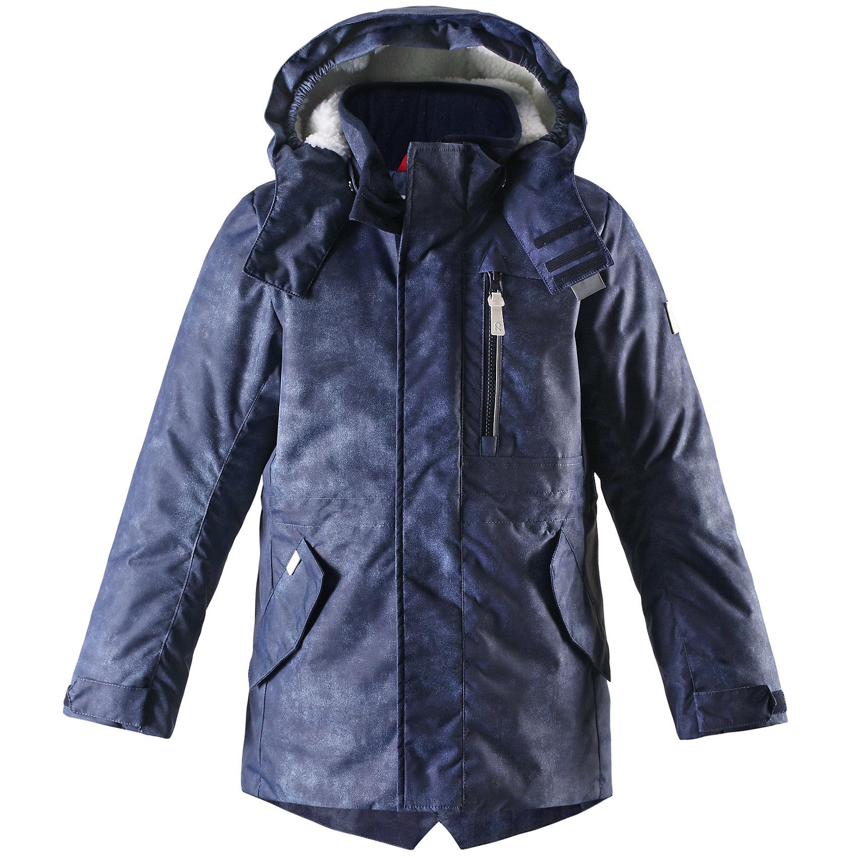 Куртка для мальчика ReimaЭта стильная зимняя куртка должна быть у всех модных любителей прогулок! Удлинённая модель прямого покроя для мальчиков отличается яркой расцветкой и создаёт восхитительный зимний образ! Куртка пошита из ветронепроницаемого дышащего материала, который отталкивает воду и грязь, поэтому она идеально подходит для любых уличных развлечений. Благодаря подкладке из гладкого полиэстера куртку легко надевать, а плюшевая подкладка на капюшоне и спинке очень мягкая на ощупь и оживляет образ. Съёмный капюшон не только защищает от холодного ветра, но и безопасен во время игр на свежем воздухе. Если закреплённый кнопками капюшон зацепится за что-нибудь, он легко отстегнётся. Более длинный задний подол обеспечивает дополнительную защиту. Традиционная и функциональная - отлично подходит для улицы!<br><br>Зимняя водоотталкивающая куртка для мальчика-подростка<br>Капюшон и спинка на плюшевой подкладке <br>Безопасный съёмный капюшон<br>Регулируемая талия<br>Два боковых кармана с клапанами на кнопках<br><br><br>Состав:<br>100% ПЭ, ПУ-покрытие<br>Средняя степень утепления (до - 20)<br><br>Куртку для мальчика Reima (Рейма) можно купить в нашем магазине.<br><br>Ширина мм: 356<br>Глубина мм: 10<br>Высота мм: 245<br>Вес г: 519<br>Цвет: синий<br>Возраст от месяцев: 48<br>Возраст до месяцев: 60<br>Пол: Мужской<br>Возраст: Детский<br>Размер: 110,122,146,152,140,134,128,116,104<br>SKU: 4208982