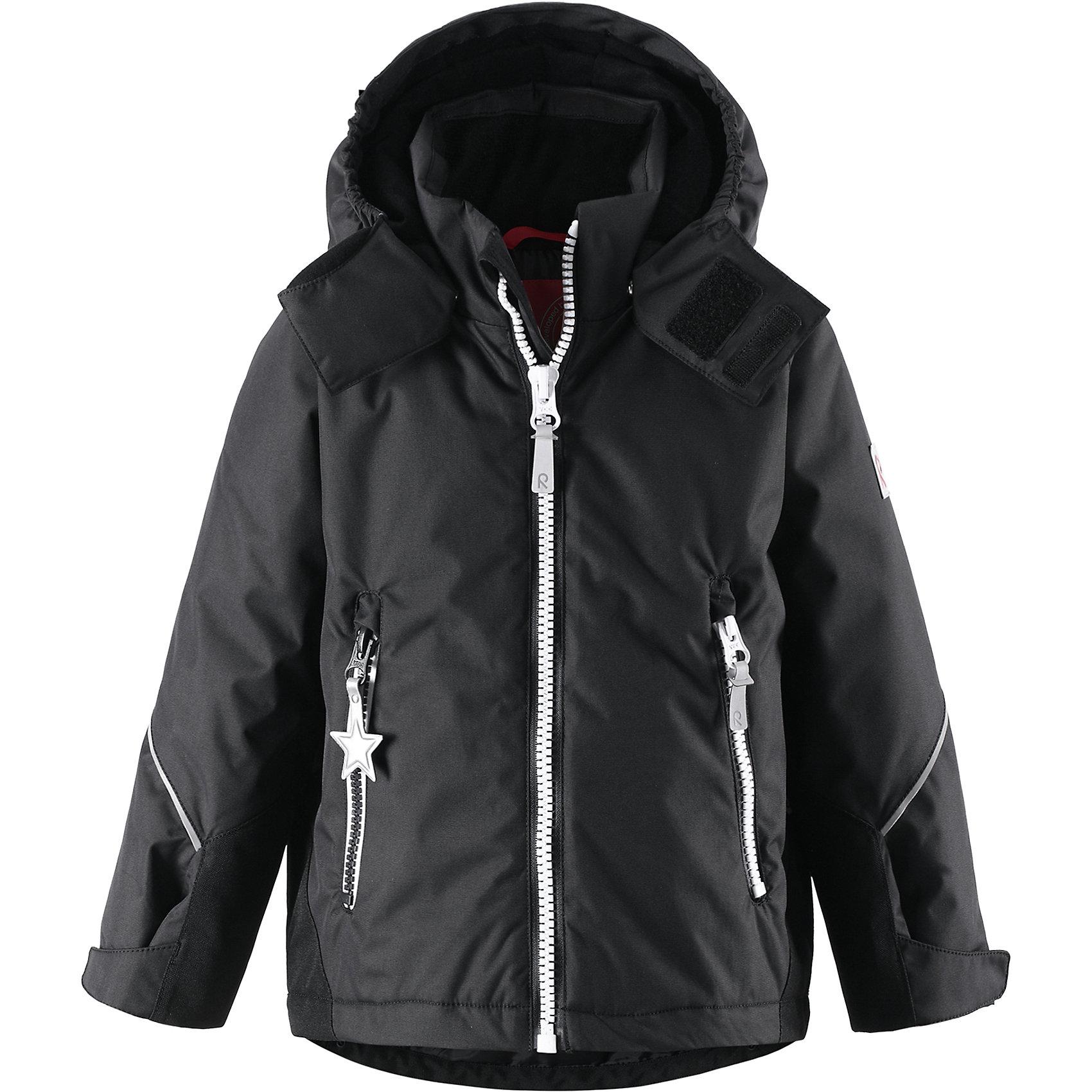 Куртка для мальчика ReimaПрочная и функциональная куртка Kiddo®! Яркая стильная зимняя куртка выполнена из прочного, ветронепроницаемого, но дышащего материала с водо- и грязеотталкивающей поверхностью. Эта куртка позволит ребенку лепить снеговиков до позднего вечера, не дав ему вспотеть или замерзнуть во время зимних приключений! Все основные швы куртки проклеены для водонепроницаемости и не позволяют воде проникать в середину! На рукавах и заднем подоле куртки имеются прочные усиления, позволяющие защитить те части тела, которые могут оголиться во время активного времяпрепровождения. Подол модели прямого покроя регулируется для более плотного прилегания, а манжеты регулируются с помощью липучки для хорошего сочетания с перчатками. В карманы на молнии можно положить всё необходимое, когда пойдёте на прогулку! Съемный капюшон защищает от ветра и обеспечивает безопасность во время игр на улице, так как легко снимается. На краю капюшона имеется клапан, предусматривающий дополнительную защиту шеи. Светоотражающие детали «звездочка» не позволят потерять ребенка из видимости в темное время суток!<br><br>Водоотталкивающая зимняя куртка Kiddo для детей постарше<br>Основные швы проклеены, водонепроницаемы<br>Безопасный съемный капюшон<br>Прочные усиления на заднем подоле и манжетах<br>Два кармана на молнии<br>Регулируемый подол и манжеты<br>Множество светоотражающих деталей<br>Состав:<br>100% ПЭ, ПУ-покрытие<br>Средняя степень утепления (до - 20)<br><br>Куртку Reima (Рейма) можно купить в нашем магазине.<br><br>Ширина мм: 356<br>Глубина мм: 10<br>Высота мм: 245<br>Вес г: 519<br>Цвет: черный<br>Возраст от месяцев: 108<br>Возраст до месяцев: 120<br>Пол: Мужской<br>Возраст: Детский<br>Размер: 140,104,128,110,116,122,134<br>SKU: 4209747