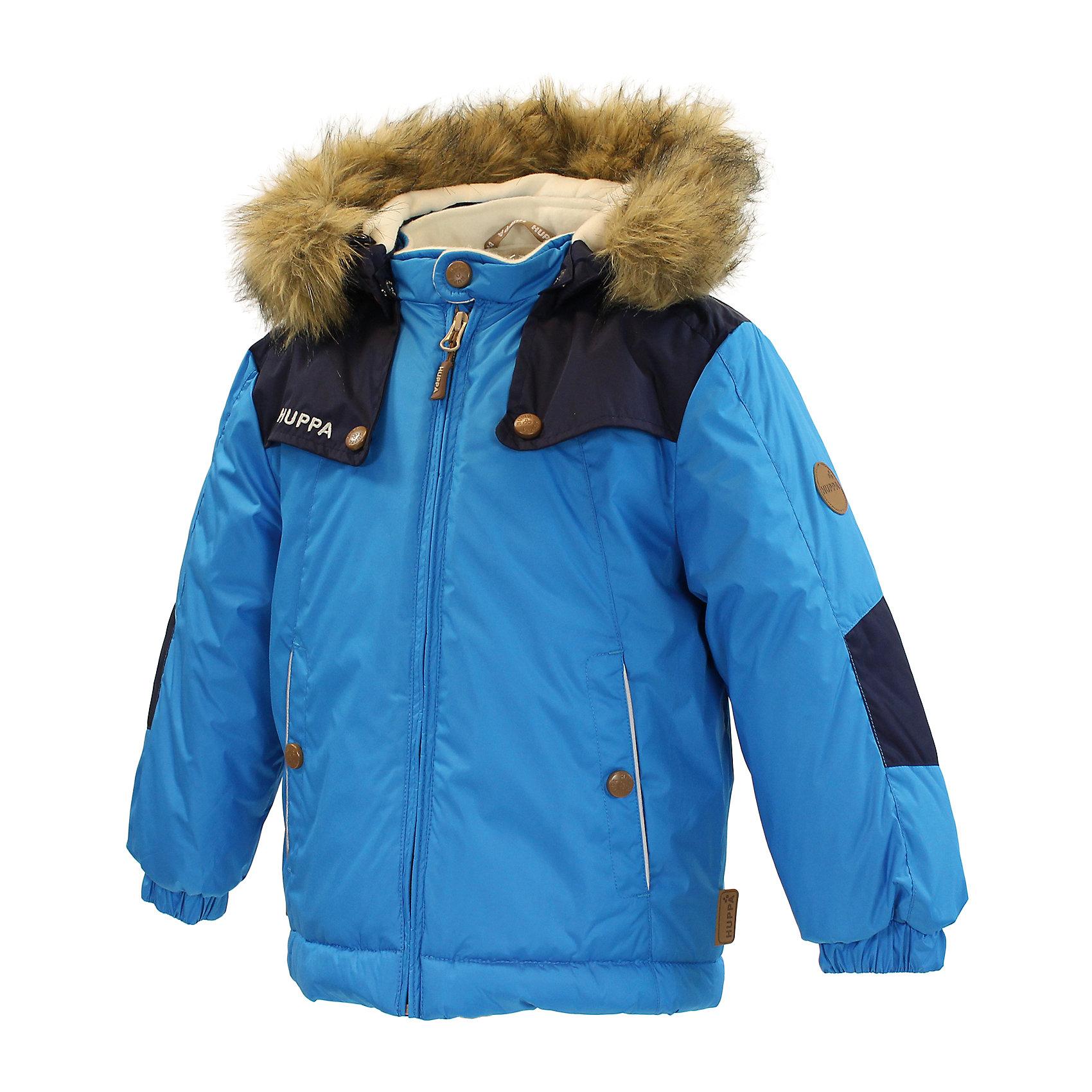 """Куртка для мальчика HuppaКуртка интересного покроя из мягкой ткани с приятно толстым ватином для зимних прогулок маленьких принцев. Подкладкой для красивой куртки служит """"Coral-fleece"""" в районе тела и подкладка из тафты в рукавах для облегчения прохождения рук. Капюшон со съемным мехом защитит от холодного ветра, резинка на рукаве - от снега, а красивые отражающие детали значительно повышают безопасность при передвижении в более темное время суток. В закрывающиеся на кнопки карманы маленький принц может спрятать самые важные сокровища.<br>Huppa (Хуппа)Therm 300 грамм<br>Высокотехнологичный лёгкий синтетический утеплитель нового поколения, сохраняет объём и высокую теплоизоляцию изделия, а также легко стирается и быстро сохнет.<br>Влагоустойчивая и дышащая ткань 5000/ 5000<br>Мембрана препятствует прохождению воды и ветра сквозь ткань внутрь изделия, позволяя испаряться выделяемой телом, образовывающейся внутри влаге.<br>Светоотражательные детали<br>При плохих погодных условиях или в темноте, когда свет падает на одежду, он отражается, делая ребёнка более заметным, уменьшая возможность несчастных случаев.<br><br>Дополнительная информация:<br><br>Температурный режим: от 0° до -25°С<br>Ткань: 100% полиэстер<br>Подкладка: Coral-fleece смесь хлопка и полиэстра, тафта - 100% полиэстер<br>Утеплитель: 100% полиэстер 300г.<br>Капюшон с отстёгивающимся мехом<br><br><br>Куртку для мальчика Huppa (Хуппа) можно купить в нашем магазине.<br><br>Ширина мм: 356<br>Глубина мм: 10<br>Высота мм: 245<br>Вес г: 519<br>Цвет: синий<br>Возраст от месяцев: 12<br>Возраст до месяцев: 24<br>Пол: Мужской<br>Возраст: Детский<br>Размер: 92,80,86,98,104<br>SKU: 4242196"""
