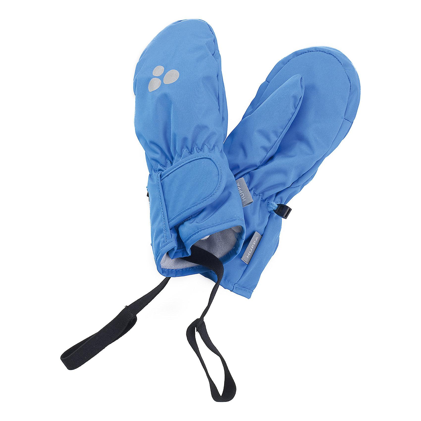 Варежки для мальчика HuppaПерчатки, варежки<br>Детские зимние варежки ярких цветов. У варежек приятная подкладка из полиэстера и дышащая и водоотталкивающая ткань, которая поможет держать руки в сухости и тепле. В середину вшита резинка, а на запястье - регулируемая застежка-липучка, которые помогут варежкам надежно держаться на руках. Чтобы варежки не терялись, для удобства использования варежек добавлена резиновая лента, а в качестве украшения - светящиеся в темноте шарики с логотипом Huppa (Хуппа). Маленькие зажимы в средней части помогут держать пару варежек вместе после использования. <br><br>Варежки для мальчика Huppa (Хуппа) можно купить в нашем магазине.<br><br>Ширина мм: 162<br>Глубина мм: 171<br>Высота мм: 55<br>Вес г: 119<br>Цвет: голубой<br>Возраст от месяцев: 6<br>Возраст до месяцев: 18<br>Пол: Мужской<br>Возраст: Детский<br>Размер: 1,3,2,5,4<br>SKU: 4242790