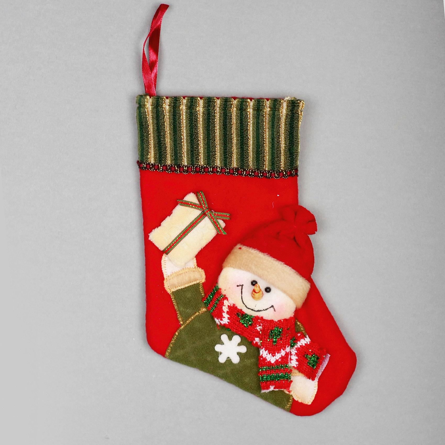 Украшение Носок со снеговиком и подарком 23 смУкрашение Носок со снеговиком и подарком, Феникс-презент, замечательно украсит Вашу новогоднюю елку или интерьер и создаст праздничное новогоднее настроение. Украшение из мягких текстильных материалов выполнено в виде красного рождественского носка и оформлено<br>симпатичной аппликацией с веселым снеговиком, держащим подарок. Благодаря специальной петельке его можно повесить в любом понравившемся Вам месте.<br><br><br>Дополнительная информация:<br><br>- Материал: полиэстер.<br>- Размер украшения: 23 см.<br>- Размер упаковки: 23 х 17 х 2 см.<br>- Вес: 30 гр.<br><br>Украшение Носок со снеговиком и подарком, Феникс-презент, можно купить в нашем интернет-магазине.<br><br>Ширина мм: 230<br>Глубина мм: 200<br>Высота мм: 30<br>Вес г: 100<br>Возраст от месяцев: 36<br>Возраст до месяцев: 2147483647<br>Пол: Унисекс<br>Возраст: Детский<br>SKU: 4274735