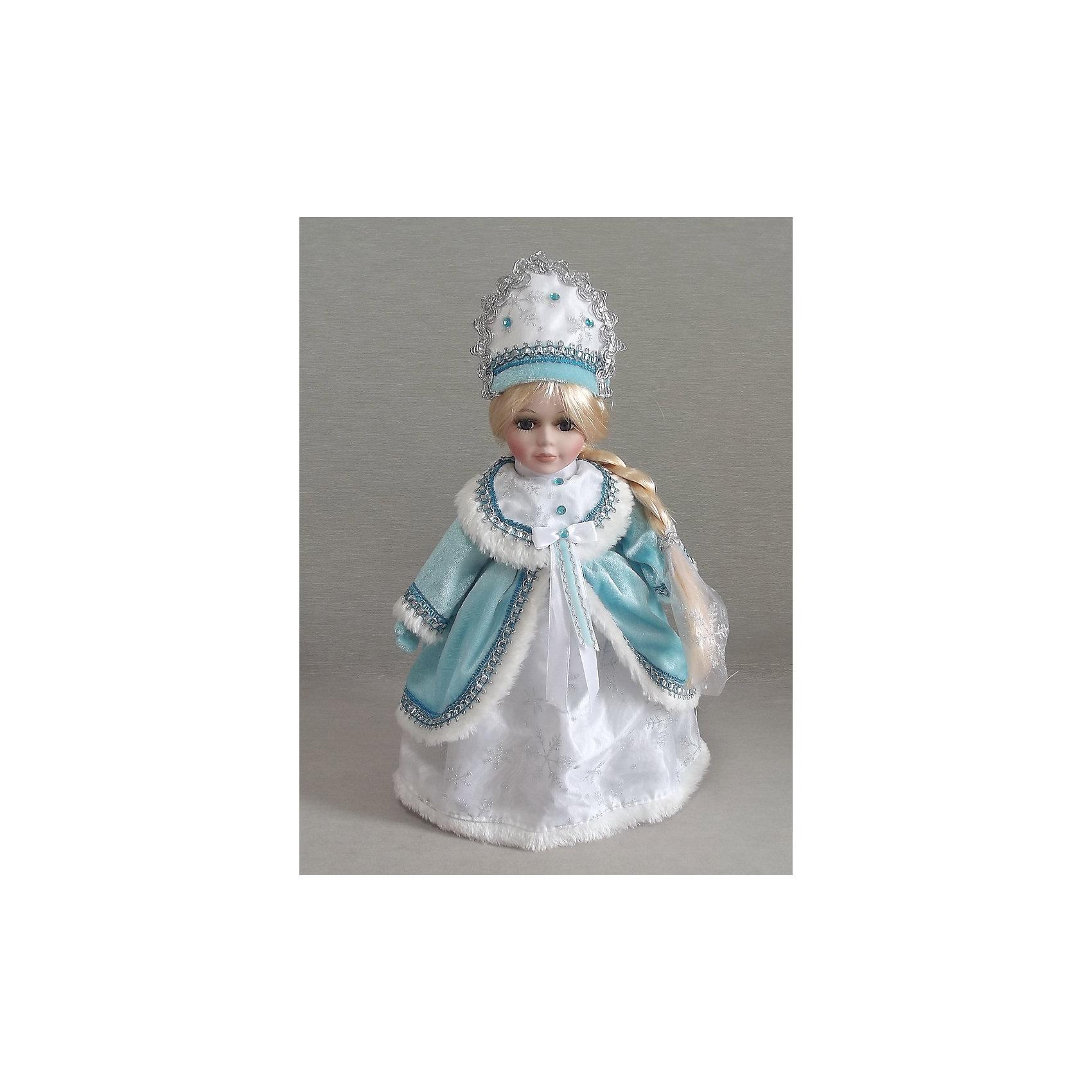 Декоративная кукла Снегурочка НаденькаДекоративная кукла Снегурочка Наденька, Феникс-Презент, станет замечательным украшением Вашего новогоднего интерьера и приятным сувениром для родных и друзей. Очаровательная Снегурочка с длинной косой и милым личиком одета в традиционный бело-голубой наряд, украшенный красивой вышивкой и меховой отделкой, на голове кокошник с голубыми бусинками. Тело куклы мягконабивное, голова, руки и ноги - керамические. Поставленная под елку, красавица Снегурочка порадует и взрослых и детей и поможет создать волшебную атмосферу новогодних праздников.<br><br>Дополнительная информация:<br><br>- Материал: керамика, текстиль. <br>- Размер куклы: 30 см.<br>- Размер упаковки: 9 x 14 x 38 см.<br>- Вес: 0,576 кг. <br><br>Декоративную куклу Снегурочка Наденька, Феникс-Презент, можно купить в нашем интернет-магазине.<br><br>Ширина мм: 90<br>Глубина мм: 140<br>Высота мм: 380<br>Вес г: 576<br>Возраст от месяцев: 36<br>Возраст до месяцев: 2147483647<br>Пол: Унисекс<br>Возраст: Детский<br>SKU: 4276565