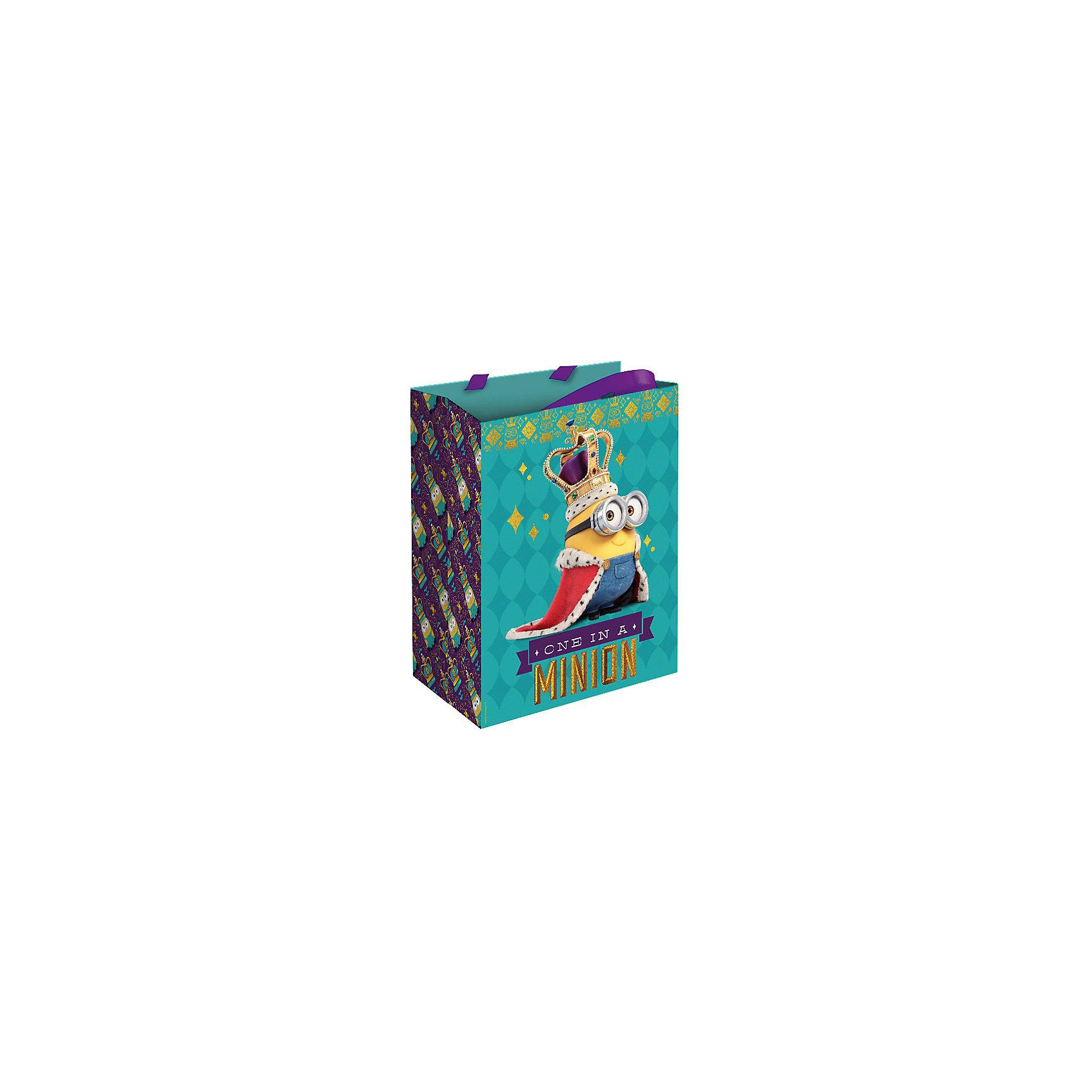 Подарочный пакет Миньон-монарх 23*18*10 смПодарочный пакет Миньон-монарх 23*18*10 см – этот аксессуар станет незаменимым дополнением к выбранному подарку.<br>Подарочный бумажный пакет «Миньон-монарх» величественно украсит ваш подарок и обязательно поднимет настроение виновнику торжества. Яркий пакет с изображением забавного миньона в королевской короне и мантии сделает подарок эффектным и запоминающимся. Для удобной переноски на пакете имеются две ручки из ленты.<br><br>Дополнительная информация:<br><br>- Размер: 23х18х10 см.<br>- Материал: бумага<br><br>Подарочный пакет Миньон-монарх 23*18*10 см можно купить в нашем интернет-магазине.<br><br>Ширина мм: 230<br>Глубина мм: 180<br>Высота мм: 5<br>Вес г: 51<br>Возраст от месяцев: 36<br>Возраст до месяцев: 168<br>Пол: Унисекс<br>Возраст: Детский<br>SKU: 4278371