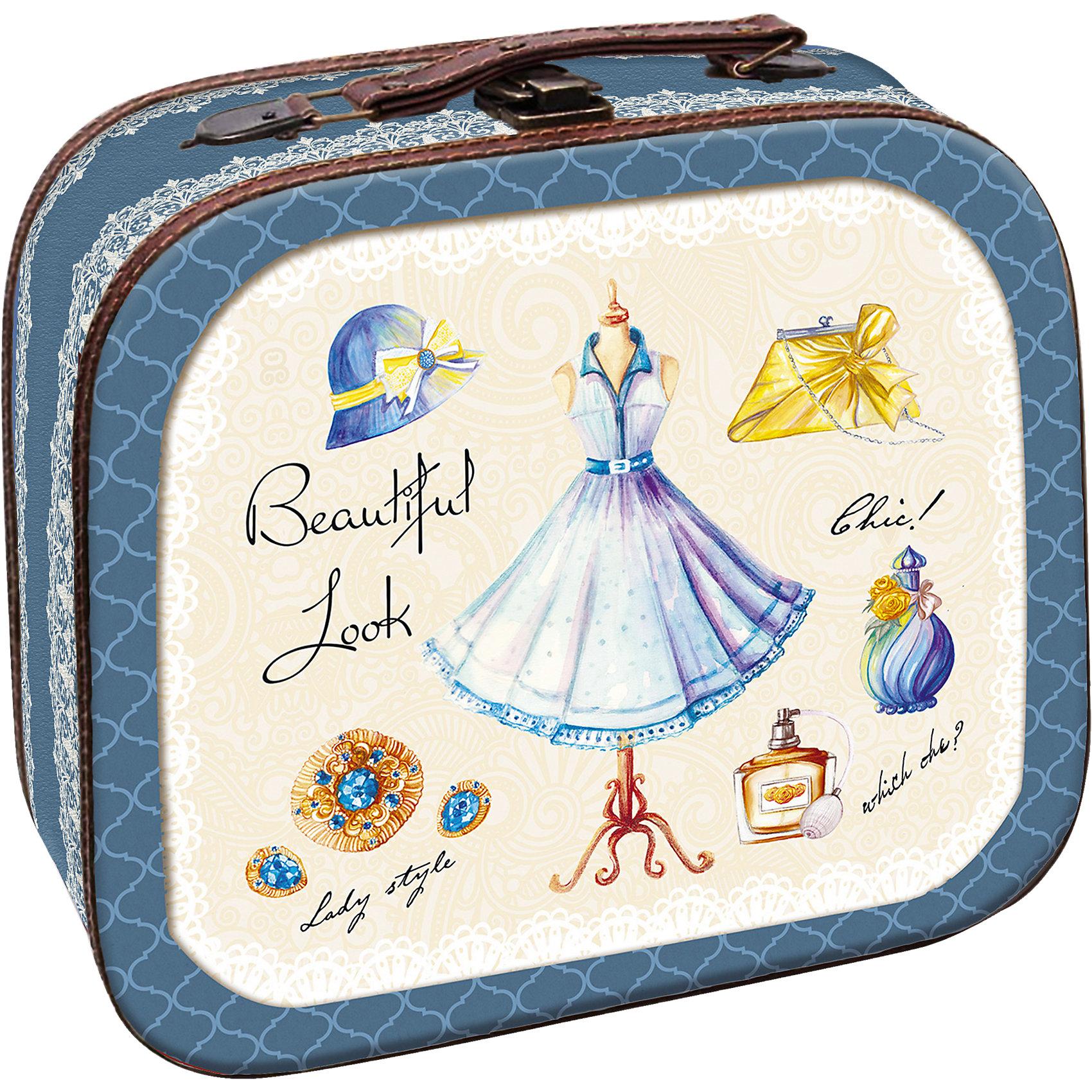 Шкатулка Маленькое платье 28,5*25*10,5 смЭта оригинальная шкатулка станет замечательным подарком на любой праздник. В ней можно хранить любые мелочи, это не только эффектное украшение интерьера, но и практичный аксессуар, который поможет поддержать порядок и улучшить функциональную организацию пространства. Шкатулка выполнена в виде чемоданчика, с нарисованными на нем дамскими платьями, закрывается на удобный замок, наверху имеет изящную кожаную ручку для переноски.<br><br>Дополнительная информация:<br><br>- Материал: МДФ, металл, кожа.<br>- Размер: 28,5х25х10,5 см.<br>- Металлический замок.<br>- Удобная ручка для переноски.<br><br>Декоративную шкатулку  Маленькое голубое платье можно купить в нашем магазине.<br><br>Ширина мм: 120<br>Глубина мм: 270<br>Высота мм: 300<br>Вес г: 700<br>Возраст от месяцев: 36<br>Возраст до месяцев: 2147483647<br>Пол: Унисекс<br>Возраст: Детский<br>SKU: 4290315