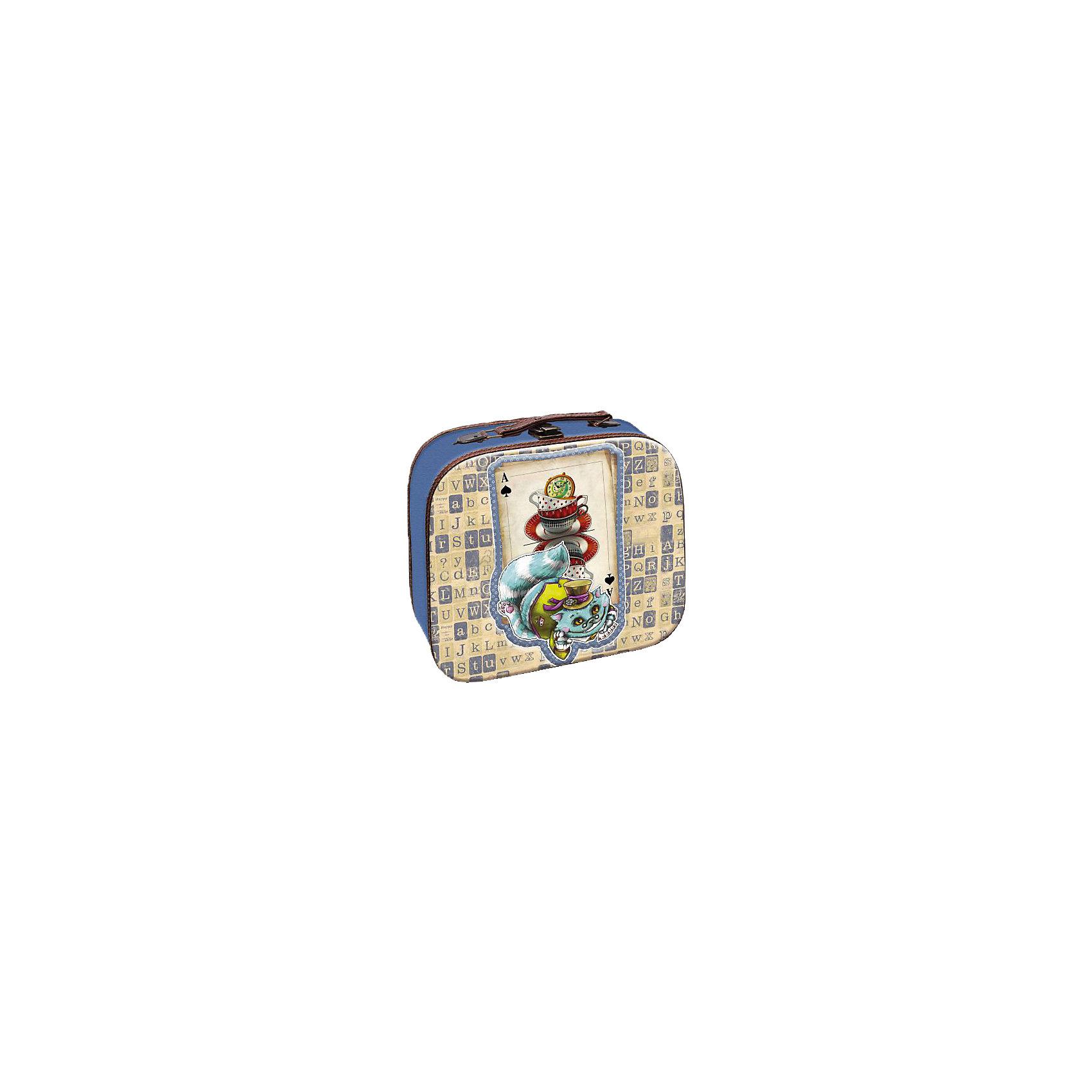 Шкатулка Волшебный кот 28,5*25*10,5 смЭта оригинальная шкатулка станет замечательным подарком на любой праздник. В ней можно хранить любые мелочи, это не только эффектное украшение интерьера, но и практичный аксессуар, который поможет поддержать порядок и улучшить функциональную организацию пространства. Шкатулка выполнена в виде чемоданчика, с изображением Чеширского кота, закрывается на удобный замок, наверху имеет изящную кожаную ручку для переноски.<br><br>Дополнительная информация:<br><br>- Материал: МДФ, металл, кожа.<br>- Размер: 28,5х25х10,5 см.<br>- Металлический замок.<br>- Удобная ручка для переноски.<br><br>Декоративную шкатулку  Волшебный кот можно купить в нашем магазине.<br><br>Ширина мм: 120<br>Глубина мм: 270<br>Высота мм: 300<br>Вес г: 700<br>Возраст от месяцев: 36<br>Возраст до месяцев: 2147483647<br>Пол: Унисекс<br>Возраст: Детский<br>SKU: 4290316