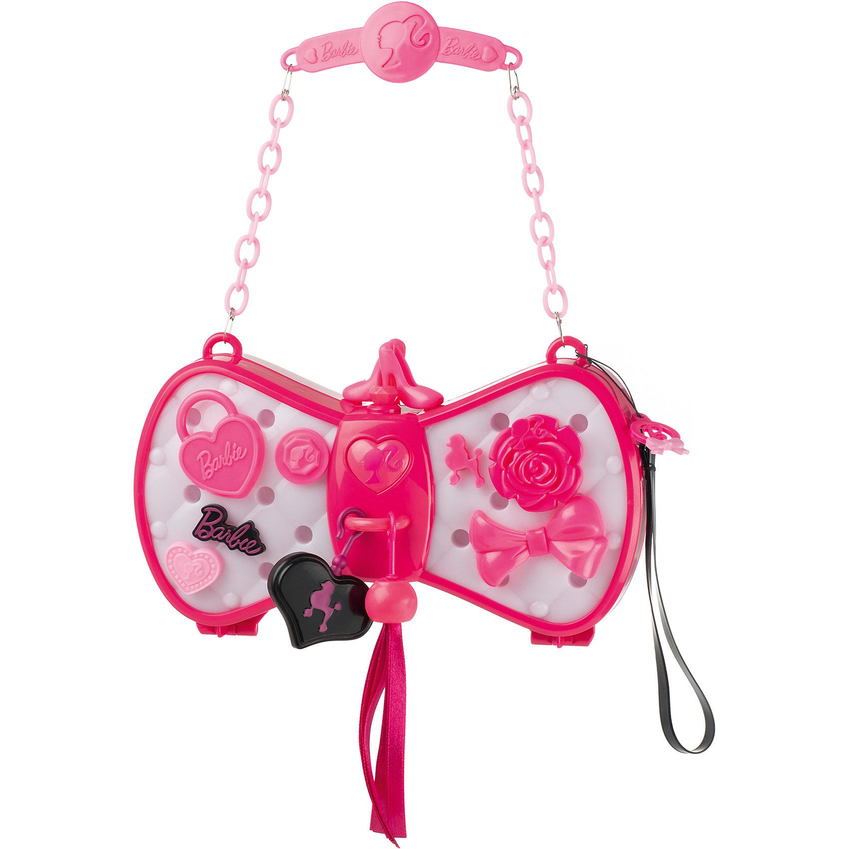 Волшебная сумочка Барби, HTIВолшебная сумочка Барби, HTI - это сумочка меняющая цвет так, чтобы он сочетался с одеждой!<br>Волшебная сумочка Барби приведет в восторг любую модницу! Сумочку в виде бабочки на цепочке можно повесить на руку или носить как клатч, имеется специальный ремешок. Если нажать на кнопку в форме сердца, то сумочка станет светиться и менять цвет, подстраиваясь под любой оттенок одежды. Память игрушки вмещает до 100 оттенков. Сумочку можно декорировать с помощью пластиковых аксессуаров, входящих в комплект (бантики, цветочки, сердечки и т.д.). Для этого нужно просто вставить понравившиеся украшение в специальные отверстия на сумочке. Сумочка непременно станет любимым аксессуаром вашей малышки. Порадуйте ее таким замечательным подарком!<br><br>Дополнительная информация:<br><br>- В наборе: сумочка, аксессуары, цепочка, ремешок<br>- Размер сумочки: 19,5 х 5 х 11 см.<br>- Высота цепочки: 12,5 см.<br>- Материал: пластик<br>- Батарейки: 3  типа ААА (входят в комплект)<br>- Размер упаковки: 37 х 35 х 5,7 см.<br>- Вес: 428 гр.<br><br>Волшебную сумочку Барби, HTI можно купить в нашем интернет-магазине.<br><br>Ширина мм: 370<br>Глубина мм: 350<br>Высота мм: 57<br>Вес г: 428<br>Возраст от месяцев: 36<br>Возраст до месяцев: 168<br>Пол: Женский<br>Возраст: Детский<br>SKU: 4301431