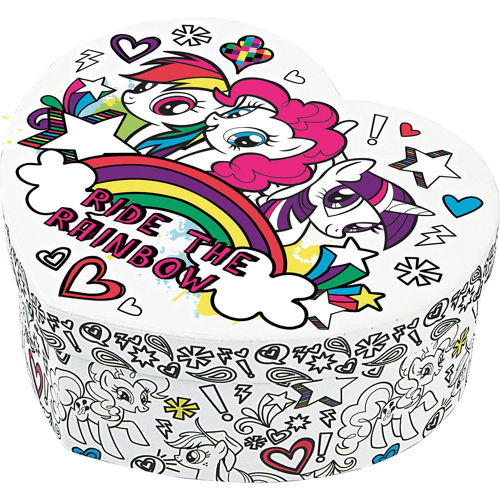 Набор для декорирования шкатулки Друзья, My Little PonyНабор для декорирования шкатулки Друзья, My Little Pony – это прекрасный набор для творчества.<br>Набор для декорирования шкатулки «Друзья» My Little Pony несомненно привлечет внимание вашей малышки. В комплекте есть красивая картонная шкатулка в форме сердца, которая украшена изображением маленьких пони и надписью на английском языке «Верхом на радуге». Часть рисунка не раскрашена, и раскрасить ее ребенку предстоит самостоятельно. Для этого в наборе есть комплект ярких и безопасных фломастеров. Дополнят декор шкатулки красивые пластиковые стразы. После завершения творческого процесса шкатулку можно будет использовать по назначению. Девочке будет приятно хранить в ней разные ценности и украшения.<br><br>Дополнительная информация:<br><br>- В наборе: шкатулка с контурным рисунком, стразы-наклейки, 7 фломастеров<br>- Размер упаковки: 15 х 6 х 13 см.<br>- Вес: 104 гр.<br><br>Набор для декорирования шкатулки Друзья, My Little Pony можно купить в нашем интернет-магазине.<br><br>Ширина мм: 150<br>Глубина мм: 60<br>Высота мм: 130<br>Вес г: 104<br>Возраст от месяцев: 36<br>Возраст до месяцев: 96<br>Пол: Женский<br>Возраст: Детский<br>SKU: 4319547