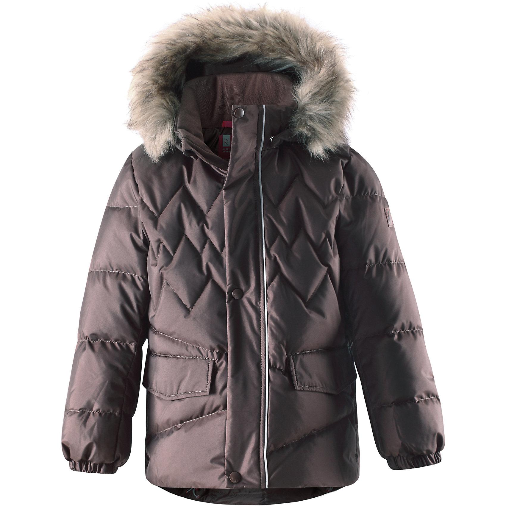 Куртка для мальчика ReimaЭтот модный пуховик согреет детей на прогулке в холодные зимние дни! Модель для мальчиков пошита из ветронепроницаемого дышащего материала, который отталкивает воду и грязь, чтобы обеспечить тепло и комфорт в морозные зимние дни. Куртка с подкладкой из гладкого полиэстера легко надевается и удобно носится с тёплым промежуточным слоем. Спереди и сзади эта тёплая куртка украшена элегантной вышивкой. Сзади на талии имеется фиксированная утяжка. У этой удлинённой модели прямого покроя имеются два боковых кармана с клапанами. Во время прогулки в них можно спрятать маленькие сокровища. Съёмный капюшон не только защищает от холодного ветра, но и безопасен! Если закреплённый кнопками капюшон зацепится за что-нибудь, он легко отстегнётся. Завершающий штрих модного пуховика - съёмная отделка из искусственного меха на капюшоне.<br><br>Дополнительная информация:<br><br>Температурный режим: до -30<br>Высокая степень утепления 60/40<br>Пуховик для мальчиков-подростков<br>Безопасный съёмный капюшон с отстёгивающейся отделкой из искусственного меха<br>Боковые карманы с клапанами<br>Эластичные манжеты<br>Состав: 55% Полиамид 45% Полиэстер, Полиуретан-покрытие<br><br>Куртку для мальчика Reima (Рейма) можно купить в нашем магазине.<br><br>Ширина мм: 356<br>Глубина мм: 10<br>Высота мм: 245<br>Вес г: 519<br>Цвет: коричневый<br>Возраст от месяцев: 48<br>Возраст до месяцев: 60<br>Пол: Мужской<br>Возраст: Детский<br>Размер: 110,152,122,128,140,134,116,146,164,104,158<br>SKU: 4320091