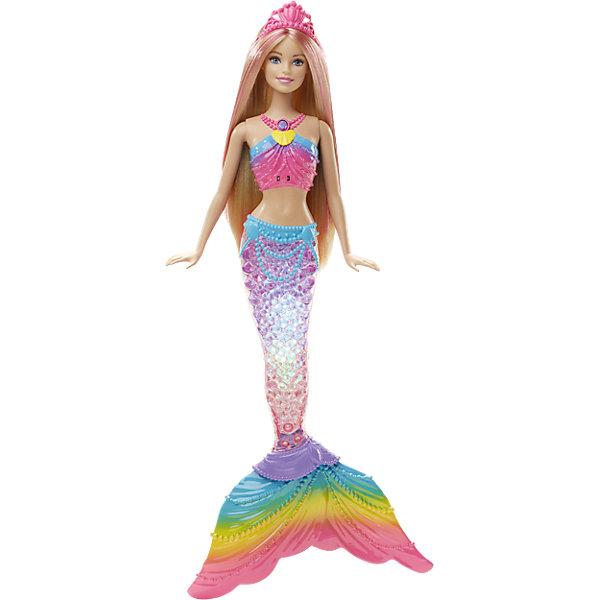 Радужная русалочка, BarbieКуклы<br>Очаровательная Барби-Русалочка откроет тебе секреты морских глубин! Скорее окуни ее в воду и любуйся: хвост куклы станет переливаться всеми цветами радуги! Нажми кнопку на ожерелье Barbie, чтобы включить ее, а потом опусти куклу в ванну или в бассейн. Когда она окажется в воде, замигают цветные огоньки. Можно полюбоваться на них и на берегу - нажми кнопку на ожерелье, и световое шоу начнется даже без воды. <br><br>Дополнительная информация:<br><br>- Материал: пластик.<br>- Размер куклы: 29 см.<br>- Комплектация: кукла, радужный хвост, «жемчужный» пояс, диадема. <br>- Голова, руки, куклы подвижные.<br><br>Куклу Радужная русалочка, Barbie (Барби), можно купить в нашем магазине.<br><br>Ширина мм: 327<br>Глубина мм: 228<br>Высота мм: 48<br>Вес г: 307<br>Возраст от месяцев: 36<br>Возраст до месяцев: 72<br>Пол: Женский<br>Возраст: Детский<br>SKU: 4349928