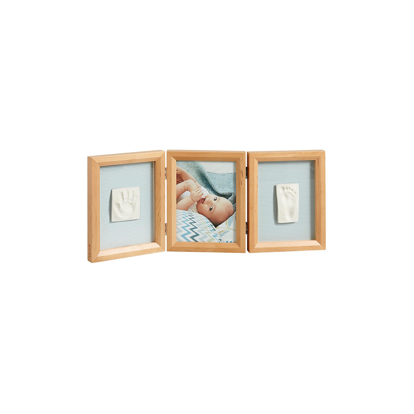 Фоторамка тройная, Baby Art, деревоСохранить отпечаток ручки или ножки малыша поможет гипсовая скульптура Baby Art (Бейби Арт), которую вы создадите вместе с малышом в самом юном его возрасте. Гипсовый отпечаток помещается в рамочку, внизу ставится подпись, а рядом также в рамочке ставится фотография крохи.<br> <br><br>Процесс создания слепка:<br>• материал надо размять руками и раскатать скалкой;<br>• оставить отпечаток ручки и ножки малыша;<br>• обрезать лишние края основы (желательно выравнивать края под линейку, сделать 4 среза);<br>• оставить гипс сохнуть;<br>• приклеить слепок в окошко рамки;<br>• поместить фотографию ребенка в соседнее окошко.<br>Размер одной створки: 21x16,5x1,7 см<br>Комплектация набора «Double Print Frame»:<br>• тройная фоторамка;<br>• гипсовый слепок;<br>• скалка;<br>• двусторонняя клейкая лента;<br>• наклейки: карточки для подписи, птички;<br>• инструкция. <br>Фоторамку тройную, Baby Art, дерево можно купить в нашем интернет-магазине.<br><br>Ширина мм: 227<br>Глубина мм: 182<br>Высота мм: 101<br>Вес г: 1207<br>Возраст от месяцев: 0<br>Возраст до месяцев: 12<br>Пол: Унисекс<br>Возраст: Детский<br>SKU: 4353363