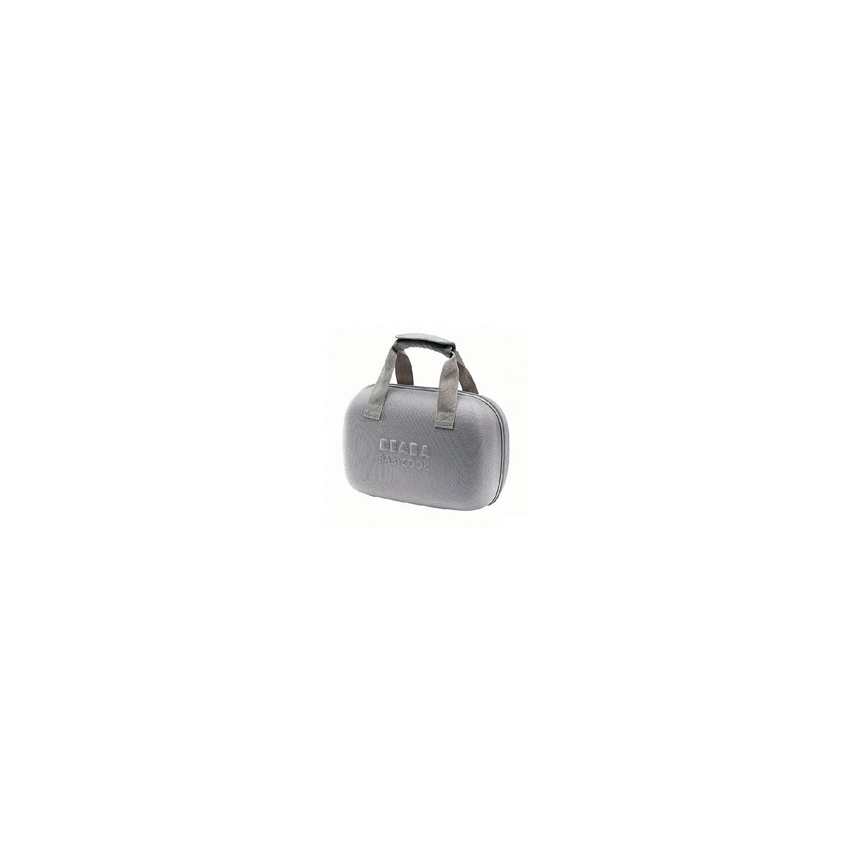 Сумка для блендера-пароварки BABYCOOK, Beaba, темно-серыйПрочие товары для кормления<br>Сумка Babycook, Beaba, предназначена для хранения и перевозки блендера-пароварки Babycook. Прочный  каркас надежно защитит блендер от ударов и повреждений, изнутри сумка обшита мягким бархатистым материалом. Сумка закрывается на двойную застежку-молнию, оснащена удобными ручками, которые скрепляются вместе при помощи специального хлястика, и четырьмя пластиковыми ножками. Внутри имеются две перегородки и карман для мелочей на молнии.  <br><br>Дополнительная информация:<br><br>- Цвет: темно-серый.<br>- Материал: текстиль, пластик.<br>- Размер сумки: 40 х 18 х 24 см.<br>- Размер упаковки: 40 x 20 x 27 см.<br>- Вес: 1,08 кг.<br><br>Сумка для блендера-пароварки Babycook, Beaba, темно-серый, можно купить в нашем интернет-магазине.<br><br>Ширина мм: 320<br>Глубина мм: 190<br>Высота мм: 260<br>Вес г: 1080<br>Возраст от месяцев: 4<br>Возраст до месяцев: 36<br>Пол: Унисекс<br>Возраст: Детский<br>SKU: 4389025