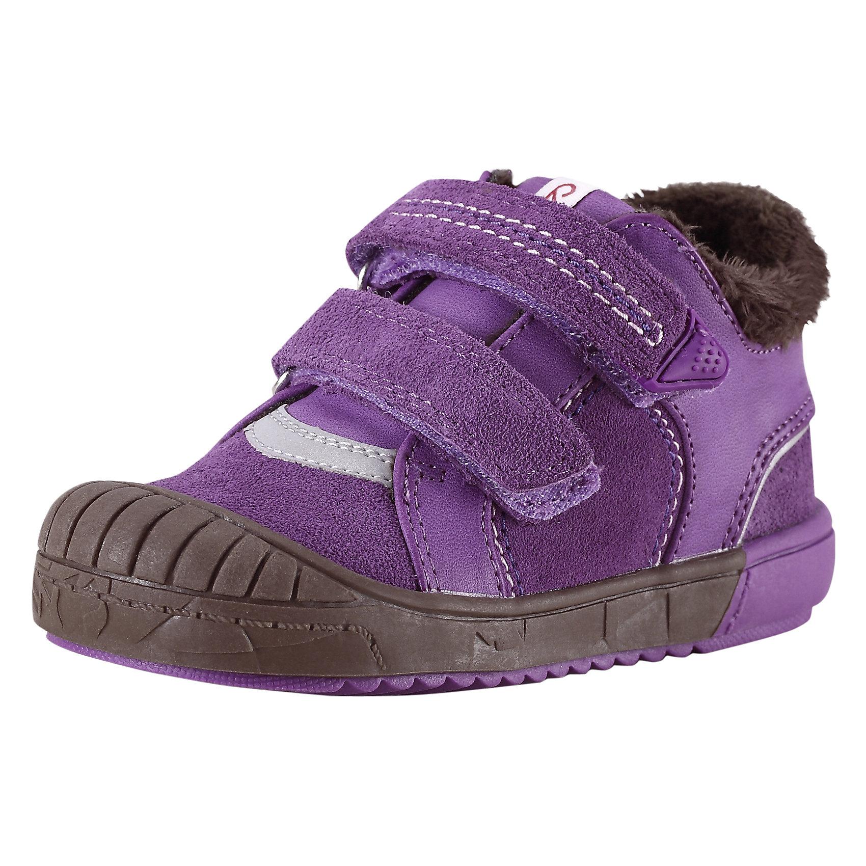 Ботинки  для девочки ReimaПредлагаем вашим малышам прекрасную осеннюю обувь на подкладке из тёплого текстильного меха! Верх этих стильных кроссовок выполнен из прочной замши и простого в уходе синтетического материала. Эта обувь имеет тёплые съёмные стельки с удобным рисунком Happy Fit, который помогает правильно определить размер и измерить быстро растущую ножку ребёнка. Благодаря двойным ремешкам на липучках кроссовки легко обуваются и регулируются по ножке. Подошва из термопластичного каучука защищает маленькие пальчики во время весёлой прогулки и гарантирует хорошее сцепление с поверхностью. Светоотражающие детали обеспечивают дополнительную безопасность во время приключений после захода солнца.<br><br>Дополнительная информация:<br><br>Новинка от Reima® - кожаная обувь для малышей<br>Верх из замши и синтетического материала<br>Подкладка из текстильного меха<br>Ремешки на липучках легко застёгиваются<br>Светоотражающие детали<br>Стельки вынимаются, рисунок Happy Fit помогает правильно определить размер ноги<br>Гибкая подошва из термопластичного каучука<br><br>Ботинки  для девочки Reima (Рейма) можно купить в нашем магазине.<br><br>Ширина мм: 262<br>Глубина мм: 176<br>Высота мм: 97<br>Вес г: 427<br>Цвет: фиолетовый<br>Возраст от месяцев: 15<br>Возраст до месяцев: 18<br>Пол: Женский<br>Возраст: Детский<br>Размер: 22,20,25,27,26,21,23,24<br>SKU: 4414359