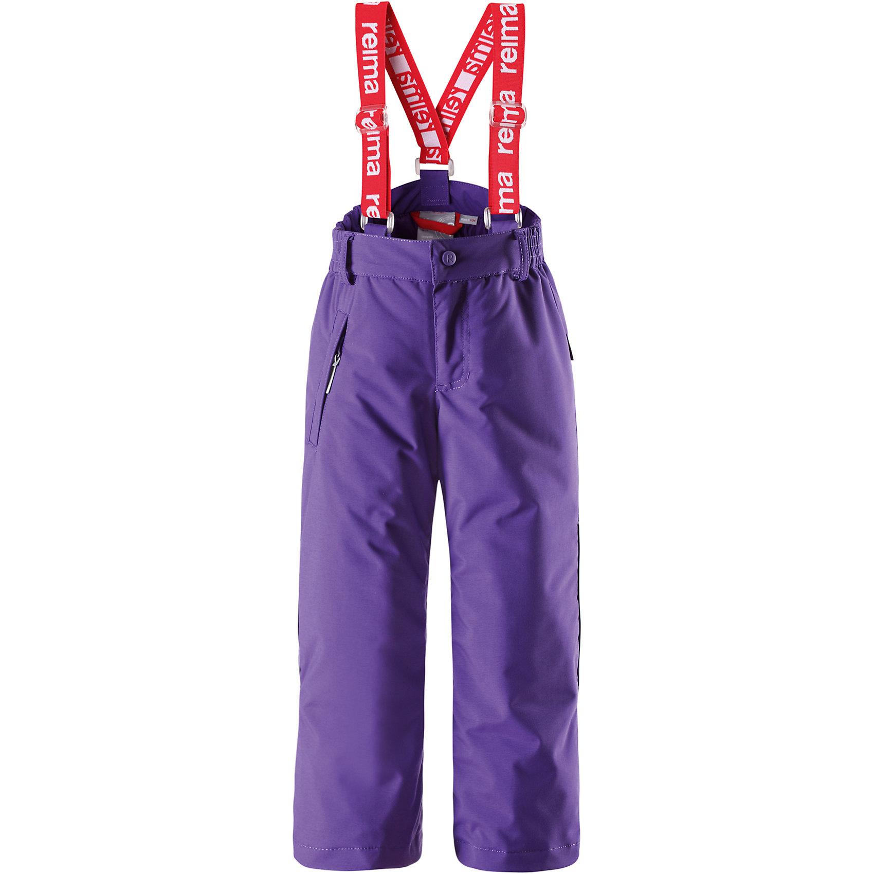 Брюки Reimatec для девочки ReimaОчень популярные брюки на подтяжках из коллекции ORIGINALS. В этом сезоне еще больше модных цветов! Эти зимние брюки сделаны из сверхпрочного совершенно водонепроницаемого материала: все швы проклеены для водонепроницаемости. Благодаря ветронепроницаемому, пропускающему воздух материалу детям будет комфортно играть на улице, они не вспотеют. Удобные эластичные подтяжки надёжно удерживают брюки и, при желании, отстёгиваются. Ширинка брюк имеет молнию, а в карманы на молнии можно положить ключи, когда пойдёте на прогулку. Эти зимние брюки прямого покроя регулируются на талии и внизу брючин. Блокировка от снега на концах брючин защитит ножки от холодных снежных сюрпризов. К концам брючин можно пристегнуть блокировку от снега, чтобы они не соскальзывали с обуви. Обратите внимание, что эти надежные зимние брюки можно сушить в центрифуге!<br><br>Дополнительная информация:<br><br>Температурный режим: до -20<br>Средняя степень утепления: 120 г<br>Водонепроницаемые зимние брюки для детей постарше, модель ORIGINAL<br>Все швы проклеены, водонепроницаемы<br>Прочный материал<br>Съемные регулируемые подтяжки<br>Ширинка на молнии<br>Один карман на молнии<br>Низ брючин регулируется с помощью липучки<br>Низ брючин застегивается на кнопку для блокировки от снега<br><br>Брюки Reimatec Reima (Рейматек Рейма) можно купить в нашем магазине.<br><br>Ширина мм: 215<br>Глубина мм: 88<br>Высота мм: 191<br>Вес г: 336<br>Цвет: фиолетовый<br>Возраст от месяцев: 96<br>Возраст до месяцев: 108<br>Пол: Женский<br>Возраст: Детский<br>Размер: 134,128,140,122,116,110,104<br>SKU: 4417028