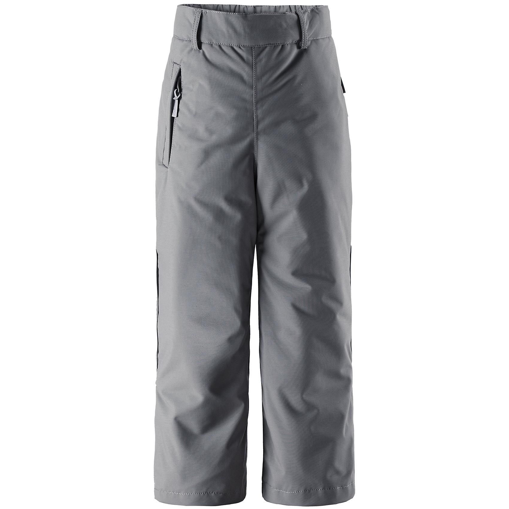 Брюки Reimatec ReimaЭтой зимой популярные сверхпрочные брюки из коллекции ORIGINALS имеют еще более просторный покрой! Благодаря водо- и ветронепроницаемому дышащему материалу, из которого сделаны эти свободные зимние брюки, детям будет комфортно играть на улице, они не замерзнут и не вспотеют. Пояс можно регулировать, чтобы брюки плотнее прилегали к фигуре. Прямые брючины с регулируемыми шлицами на концах хорошо лягут поверх ботинок. Блокировка от снега на концах брючин защитит ножки от холодных снежных сюрпризов. К концам брючин можно пристегнуть блокировку от снега, чтобы они не соскальзывали с обуви. Прочные силиконовые подтяжки позволяют ножкам всегда оставаться на месте. В карманы на молнии можно положить всё необходимое, когда пойдёте на прогулку. Эти брюки можно сушить в центрифуге. Кто первым взберется на вершину?<br><br>Дополнительная информация:<br><br>Температурный режим: до -20<br>Средняя степень утепления: 120 г<br>Водонепроницаемые зимние брюки для детей постарше, модель ORIGINAL<br>Свободный покрой, размер плюс<br>Все швы проклеены, водонепроницаемы<br>Прочный материал<br>Один карман на молнии<br>Регулируемая талия<br>Низ брючин регулируется с помощью липучки<br>Низ брючин застегивается на кнопку для блокировки от снега<br><br>Брюки Reimatec (Рейматек) от популярного финского бренда Reima (Рейма) можно купить в нашем магазине.<br><br>Ширина мм: 215<br>Глубина мм: 88<br>Высота мм: 191<br>Вес г: 336<br>Цвет: серый<br>Возраст от месяцев: 96<br>Возраст до месяцев: 108<br>Пол: Унисекс<br>Возраст: Детский<br>Размер: 134,122,146,128,116,110,104,140,152<br>SKU: 4417346
