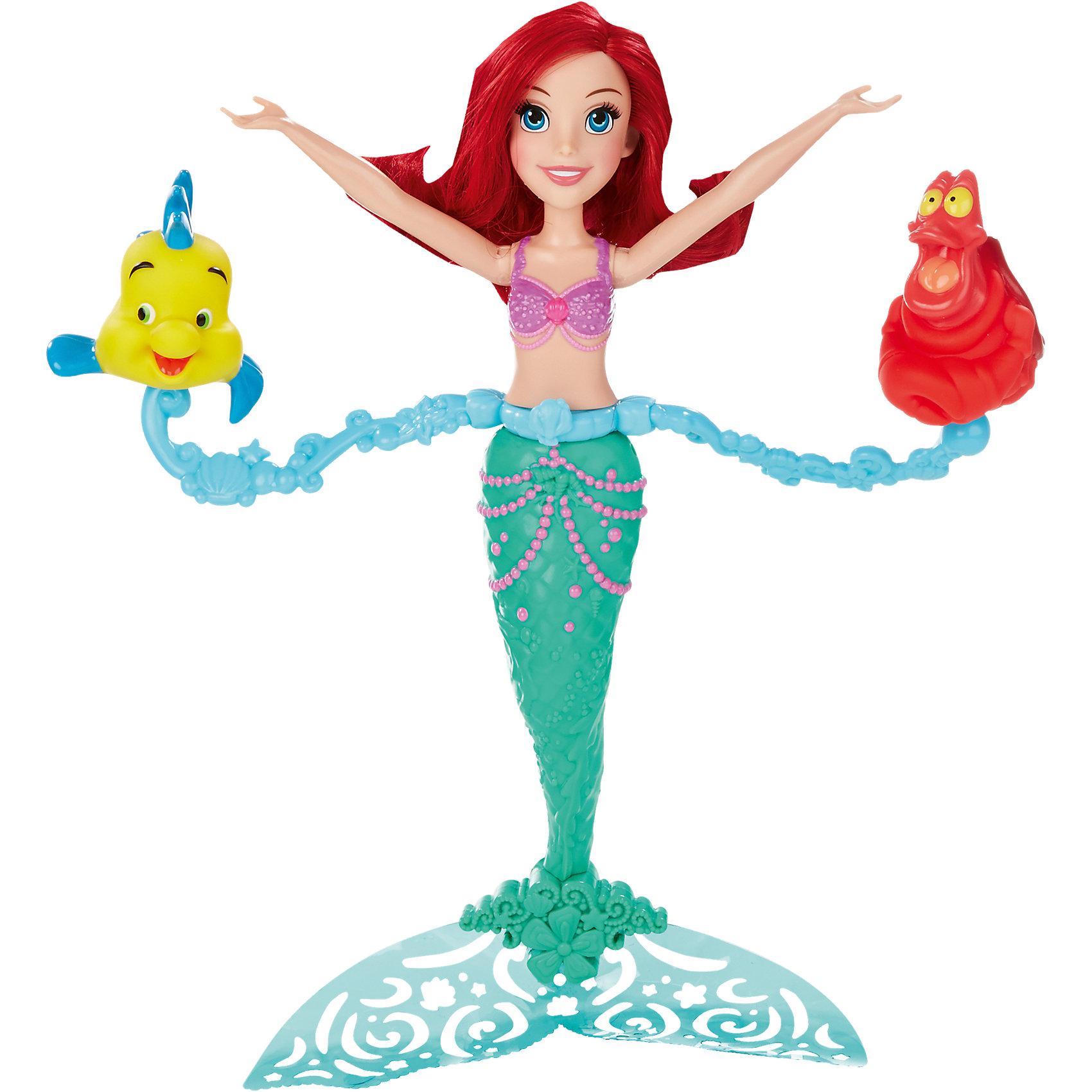 Ариель плавающая в воде, Принцессы ДиснейАриель плавающая в воде, Принцессы Дисней (Disney Princess) - оригинальная кукла, которая не оставит равнодушной Вашу девочку. Очаровательная куколка умеет плавать и держаться на воде, а к ее талии крепятся фигурки ее друзей - рыбки Флаундера и краба Себастьяна. На спине игрушки находится заводной механизм в виде раковины, заведите его, снимите блокировку и опустите Ариэль в воду - русалка весело закружится вместе со своими друзьями! Кукла очень похожа на свою героиню из популярного диснеевского мультфильма. У нее длинные огненно-рыжие волосы, красивое приветливое лицо с большими голубыми глазами и конечно, же русалочий хвост, декорированный причудливыми узорами. Руки и голова куклы подвижные. Игрушка разнообразит купание Вашего ребенка и превратит его в увлекательную игру.<br><br>Дополнительная информация:<br><br>- В комплекте: кукла Ариэль, 2 фигурки (Флаундер и Себастьян).<br>- Материал: пластик.<br>- Высота куклы: 28 см.<br>- Размер упаковки: 22,9 x 6,4 x 33 см.<br>- Вес: 0,4 кг.<br><br>Ариель плавающую в воде, Принцессы Дисней (Disney Princess), можно купить в нашем интернет-магазине.<br><br>Ширина мм: 332<br>Глубина мм: 228<br>Высота мм: 66<br>Вес г: 346<br>Возраст от месяцев: 36<br>Возраст до месяцев: 72<br>Пол: Женский<br>Возраст: Детский<br>SKU: 4443704