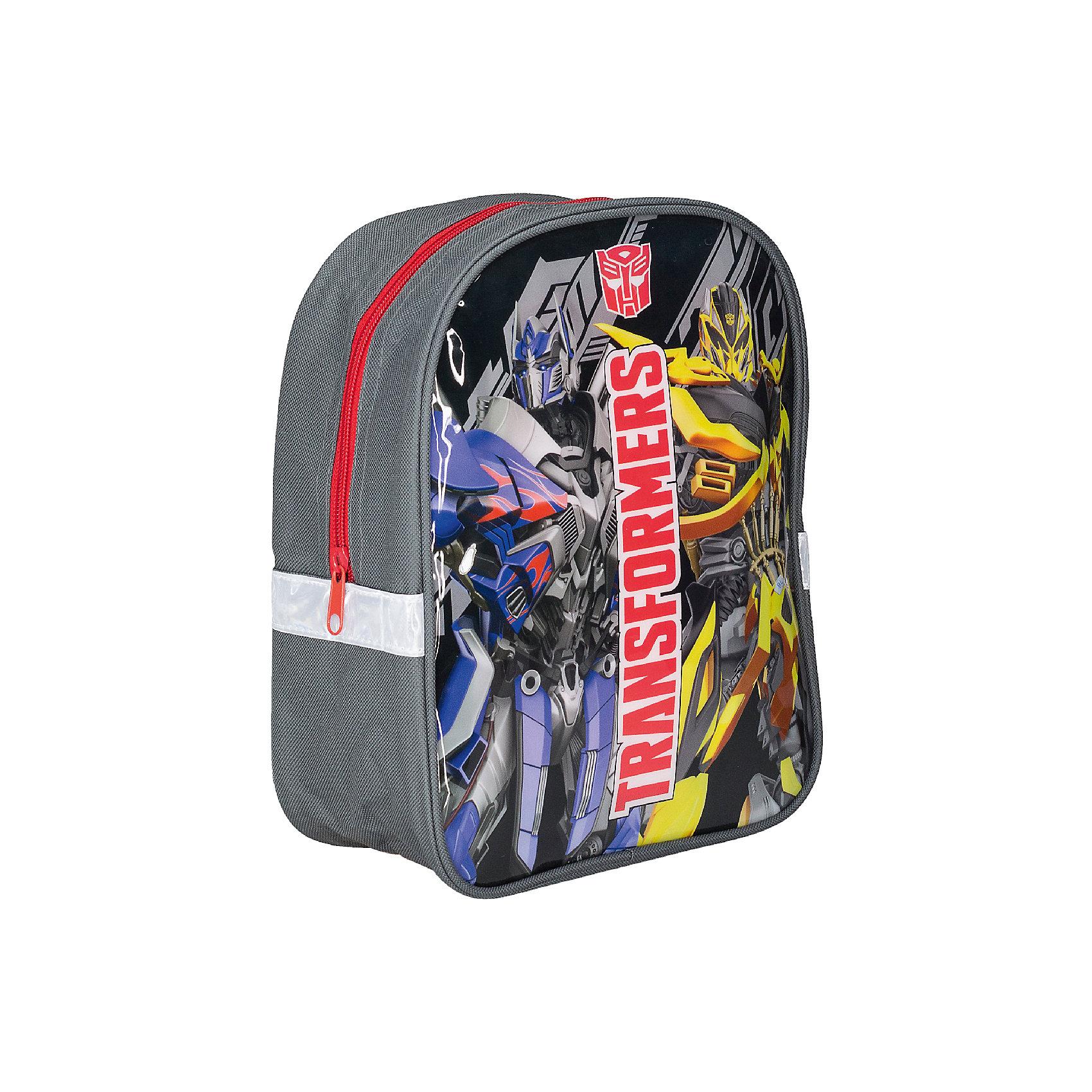Дошкольный рюкзак 27*22,5*9 см, ТрансформерыДошкольный рюкзак 27*22,5*9 см, Трансформеры - практичный и яркий рюкзак станет верным другом вашего мальчика во всех путешествиях.<br>Стильный и продуманный до мелочей рюкзак Трансформеры отлично подойдет для занятий спортом или прогулок на свежем воздухе. В нем с легкостью можно разместить все самые нужные вещи. Рюкзак содержит одно вместительное отделение, закрывающееся на застежку-молнию. Он украшен ярким изображением Трансформеров. Широкие лямки регулируются по длине и равномерно распределяют нагрузку на плечевой пояс. Рюкзак оснащен петлей для подвешивания. Светоотражающие элементы обеспечивают безопасность в темное время суток.<br><br>Дополнительная информация:<br><br>- Размер: 27 х 22,5 х 9 см.<br>- Материал: полиэстер<br>- Вес: 179 гр.<br><br>Дошкольный рюкзак 27*22,5*9 см, Трансформеры можно купить в нашем интернет-магазине.<br><br>Ширина мм: 90<br>Глубина мм: 225<br>Высота мм: 270<br>Вес г: 179<br>Возраст от месяцев: 96<br>Возраст до месяцев: 108<br>Пол: Мужской<br>Возраст: Детский<br>SKU: 4489614