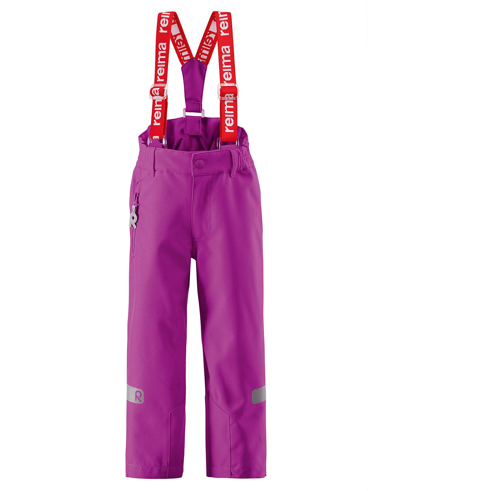 Брюки ReimaЭти брюки на подтяжках для детей для повседневной носки выполнены из водоотталкивающего и дышащего, а также очень прочного материала. Швы проклеены для максимальной защиты от воды и влаги. Регулируемые и съемные подтяжки обеспечивают хорошую посадку, а также некоторое пространство на вырост. Рекомендуется для активных видов отдыха весной и осенью. Модель для очень активных детей! <br><br>Дополнительная информация:<br><br>Брюки демисезонные для детей Kiddo®<br>Все швы проклеены и водонепроницаемы<br>Сверхпрочный материал<br>Водо- и ветронепроницаемый, «дышащий» и грязеотталкивающий материал<br>Регулируемые брючины<br>Карман на молнии<br>Регулируемые подтяжки<br>Состав:<br>100% ПЭ, ПУ-покрытие<br>Уход:<br>Стирать по отдельности, вывернув наизнанку. Застегнуть молнии и липучки. Стирать моющим средством, не содержащим отбеливающие вещества. Полоскать без специального средства. Во избежание изменения цвета изделие необходимо вынуть из стиральной машинки незамедлительно после окончания программы стирки. Сушить при низкой температуре.<br><br>Ширина мм: 215<br>Глубина мм: 88<br>Высота мм: 191<br>Вес г: 336<br>Цвет: розовый<br>Возраст от месяцев: 84<br>Возраст до месяцев: 96<br>Пол: Женский<br>Возраст: Детский<br>Размер: 122,140,128,98,104,110,92,116,134<br>SKU: 4496867